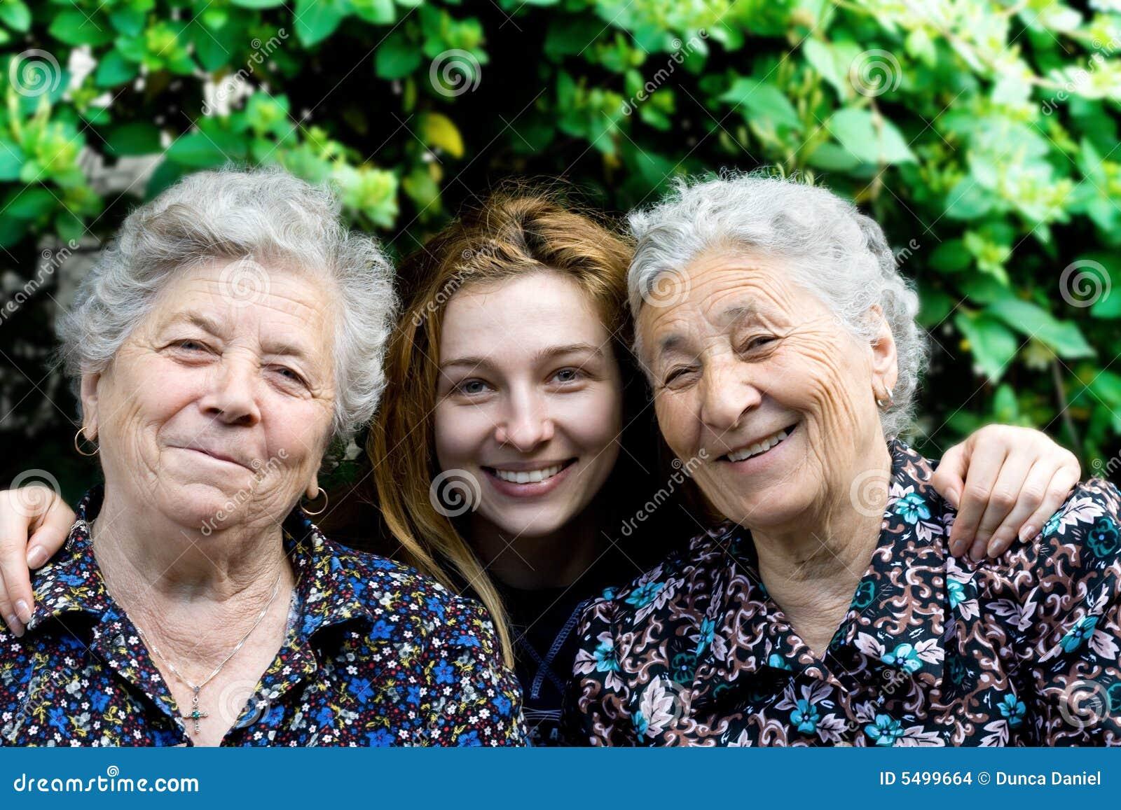 Junge Frau mit zwei älteren Damen