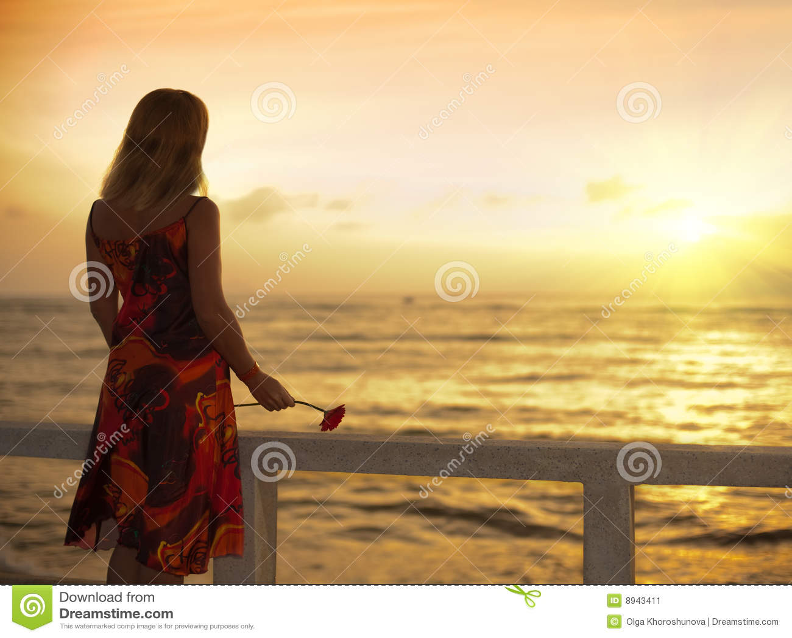 Junge Frau nahe dem Ozean