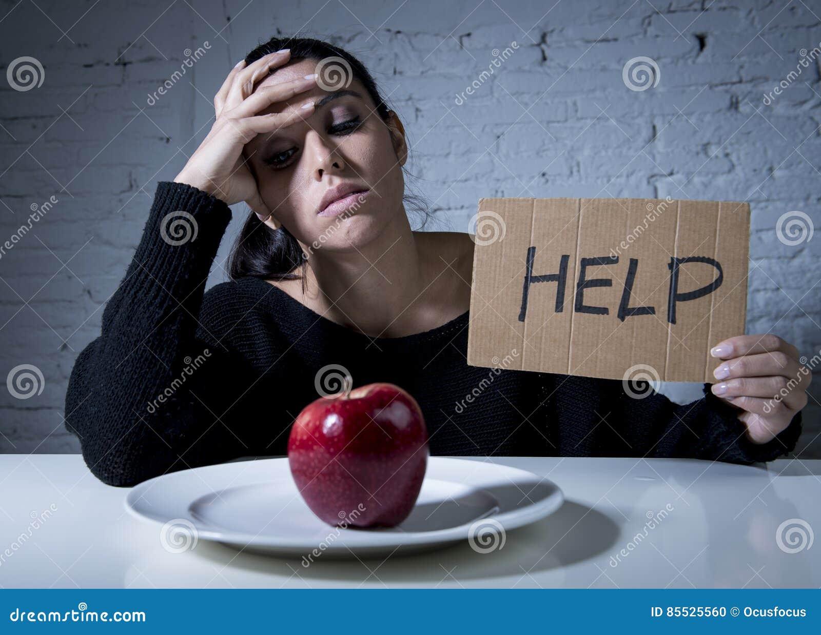Junge Frau oder jugendlich schauende Apfelfrucht auf Teller als Symbol der verrückten Diät in der unausgewogenen Ernährung