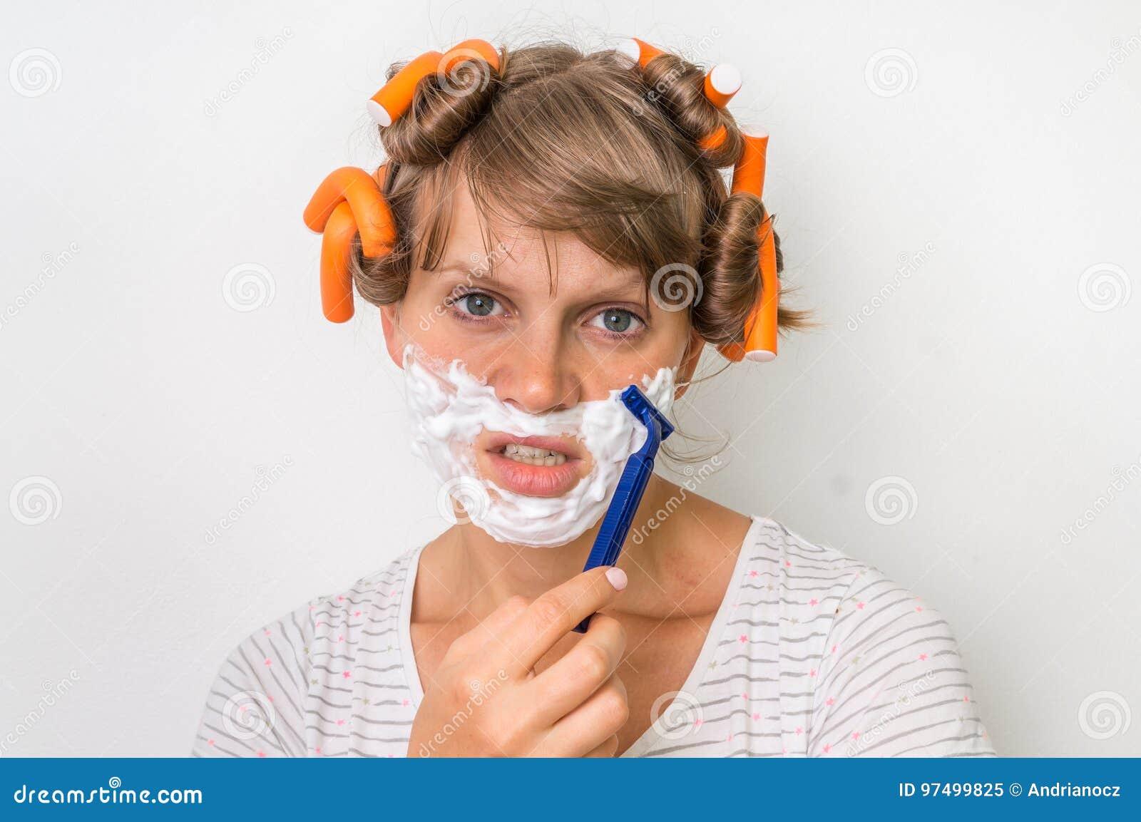 Junge Frau Rasiert Ihr Gesicht Mit Schaum Und Rasiermesser Stockbild