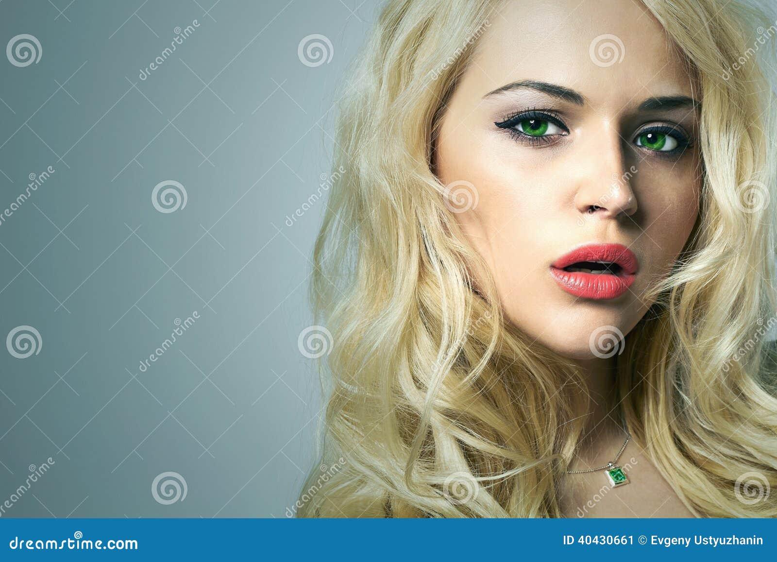 junge frau 15 sch nes blondes m dchen mit gr nen augen lockiges haar stockbild bild von. Black Bedroom Furniture Sets. Home Design Ideas