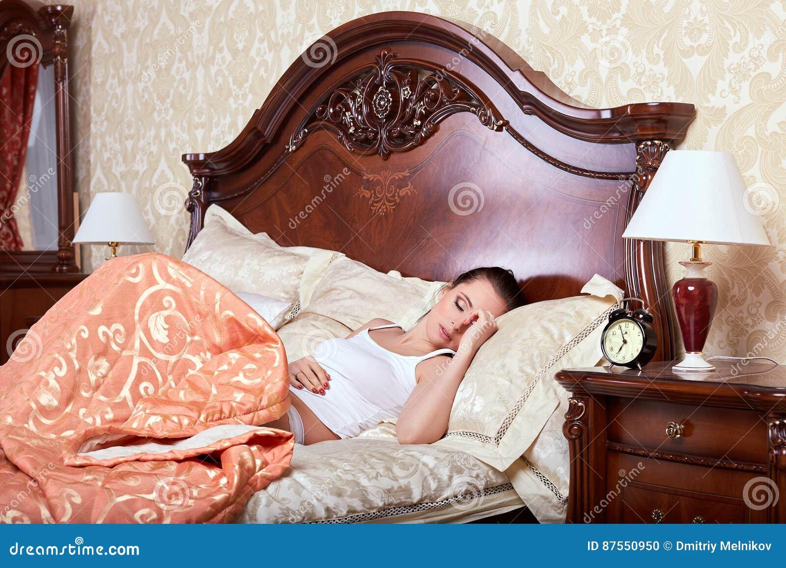 Junge Frau Schläft Im Bett Im Schlafzimmer Stockfoto Bild Von