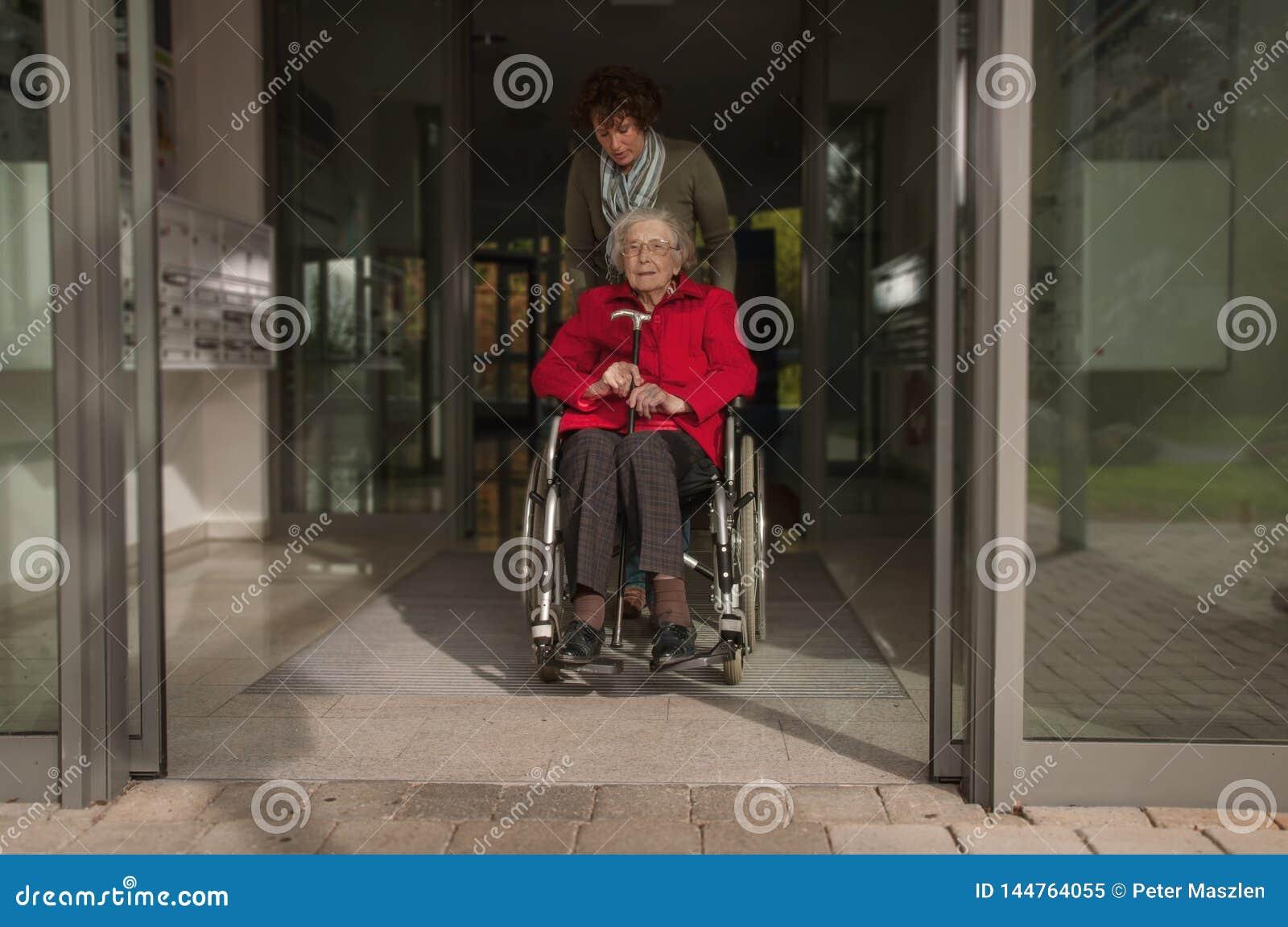 Junge Frau und ältere Frau, die den Einkauf anstrebt