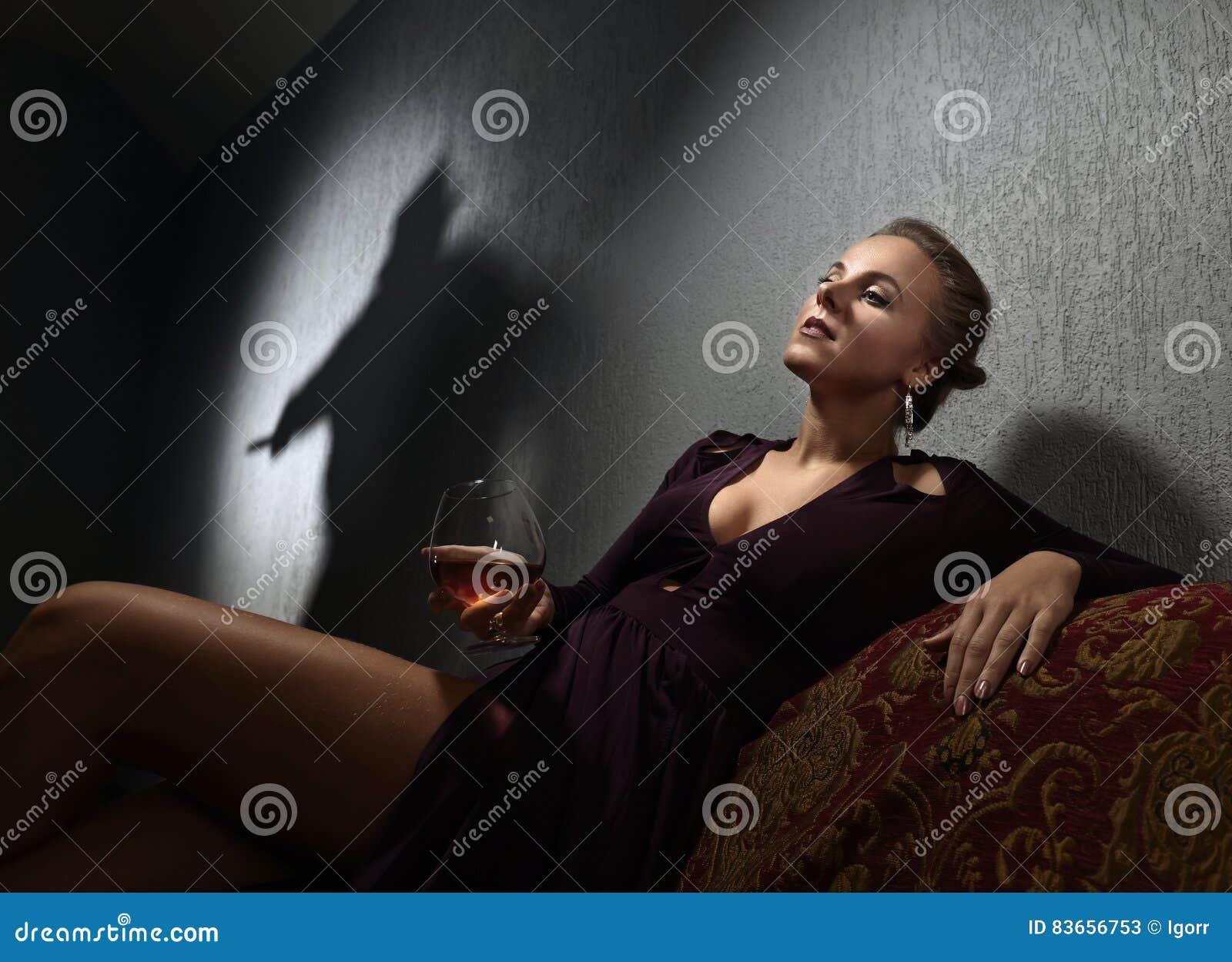 Junge Frau und der Angeklagter ` s Schatten auf der Wand