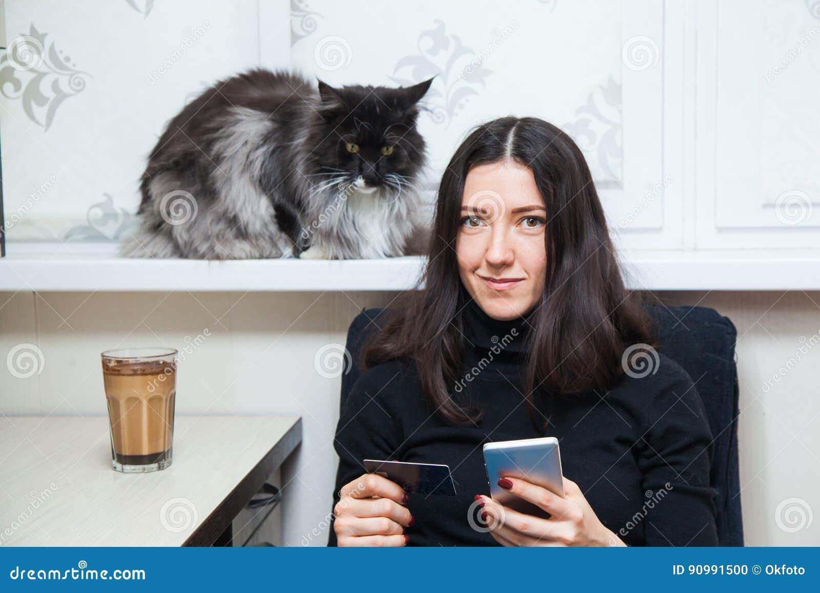 san francisco f7e21 c0201 Junge Frau Und Katze Kaufen Sachen Online Mit Kreditkarte ...