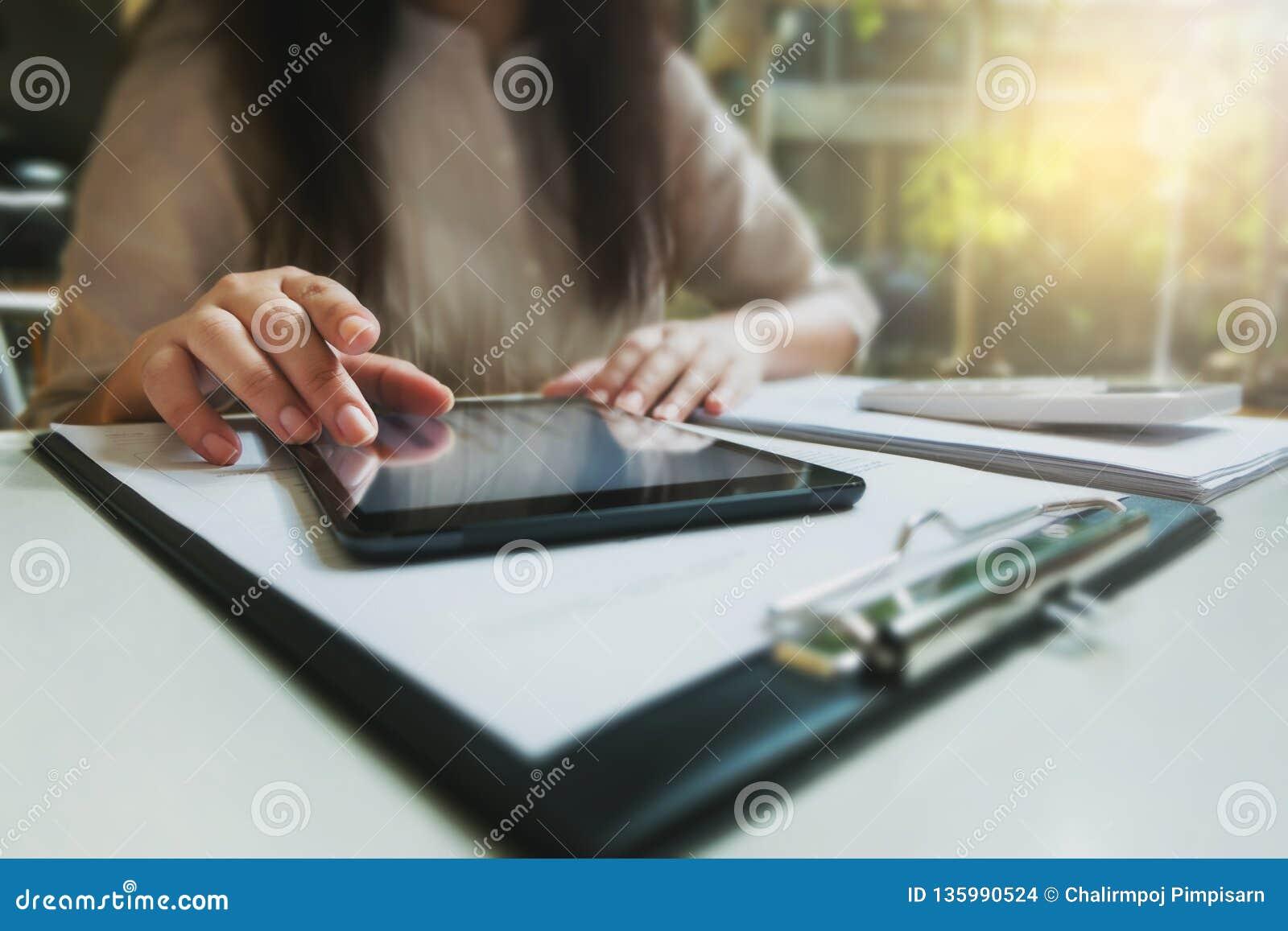 Junge Frau unter Verwendung der Tablette beim Arbeiten im Café