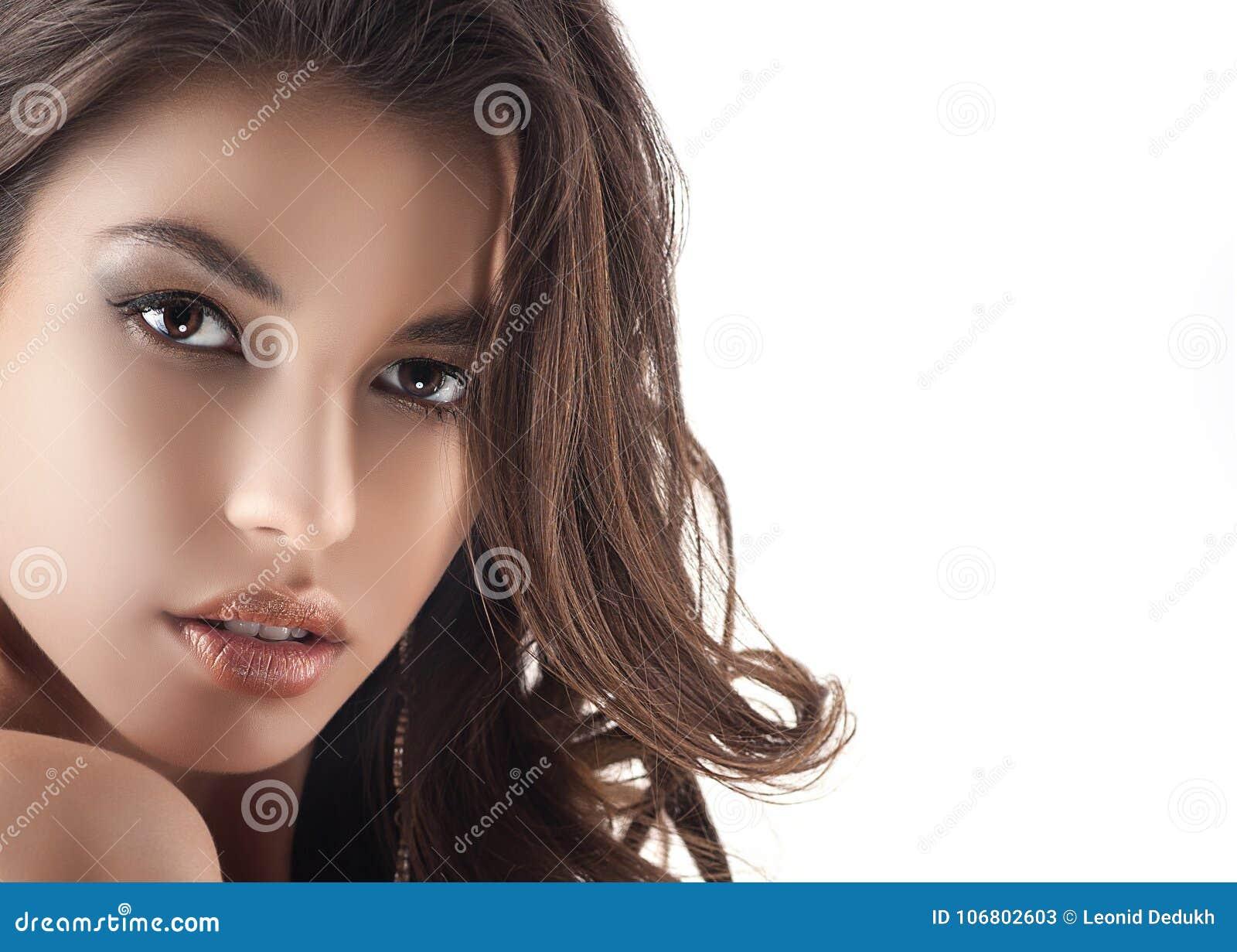 Download Junge Frau Vor Spiegel Im Verfassungsraum Stockbild - Bild von person, gesicht: 106802603