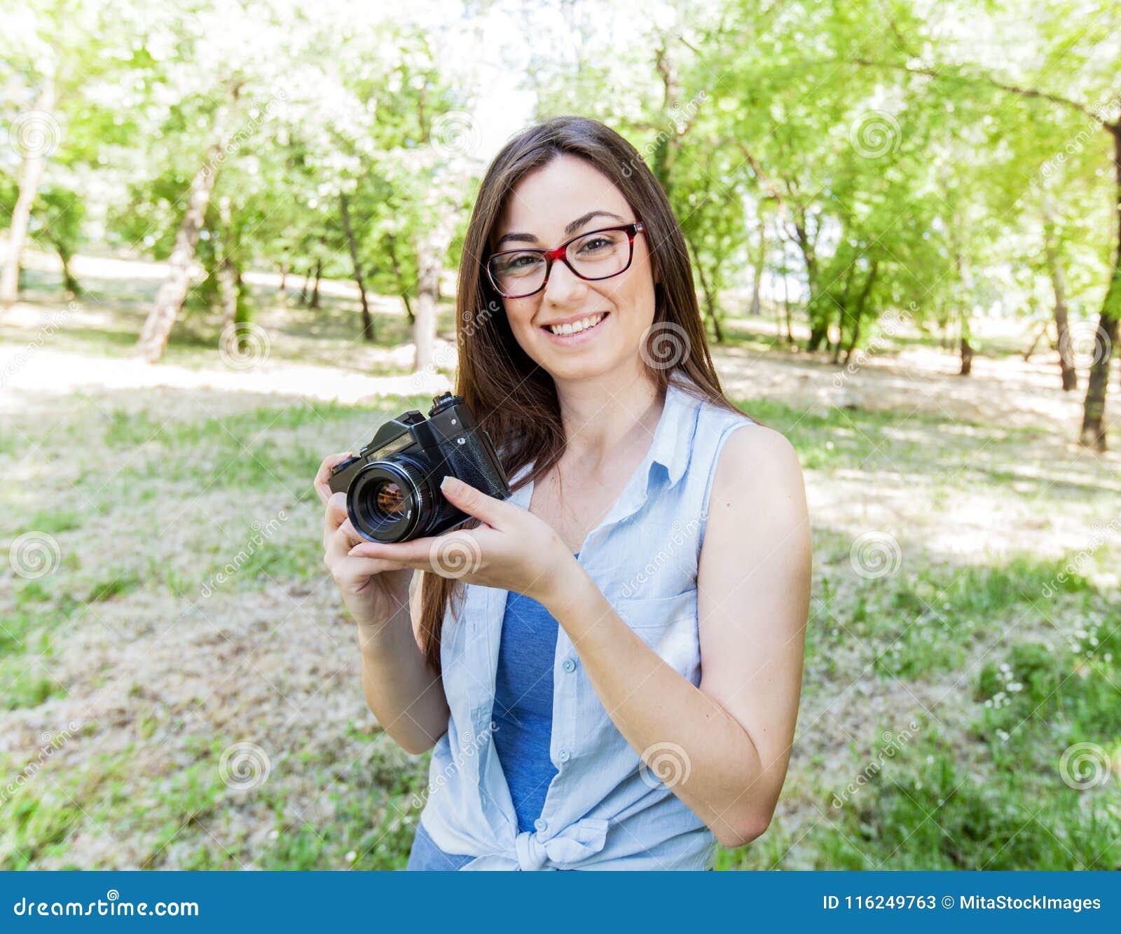 Junge Frauen-Amateur-Fotograf