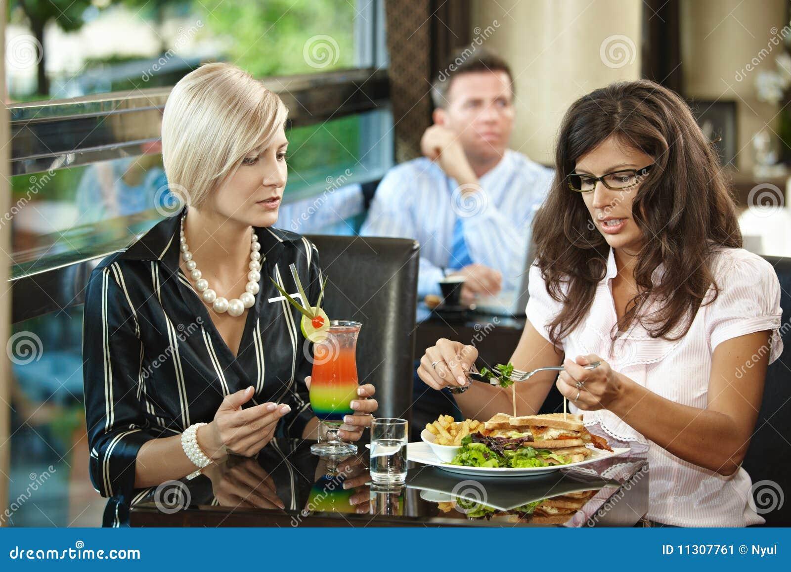 Junge Frauen in der Gaststätte