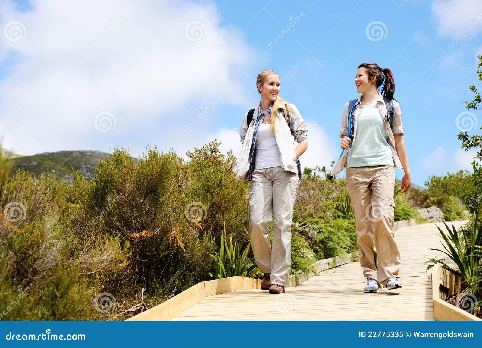 Junge Frauen, die eine Wanderung beginnen