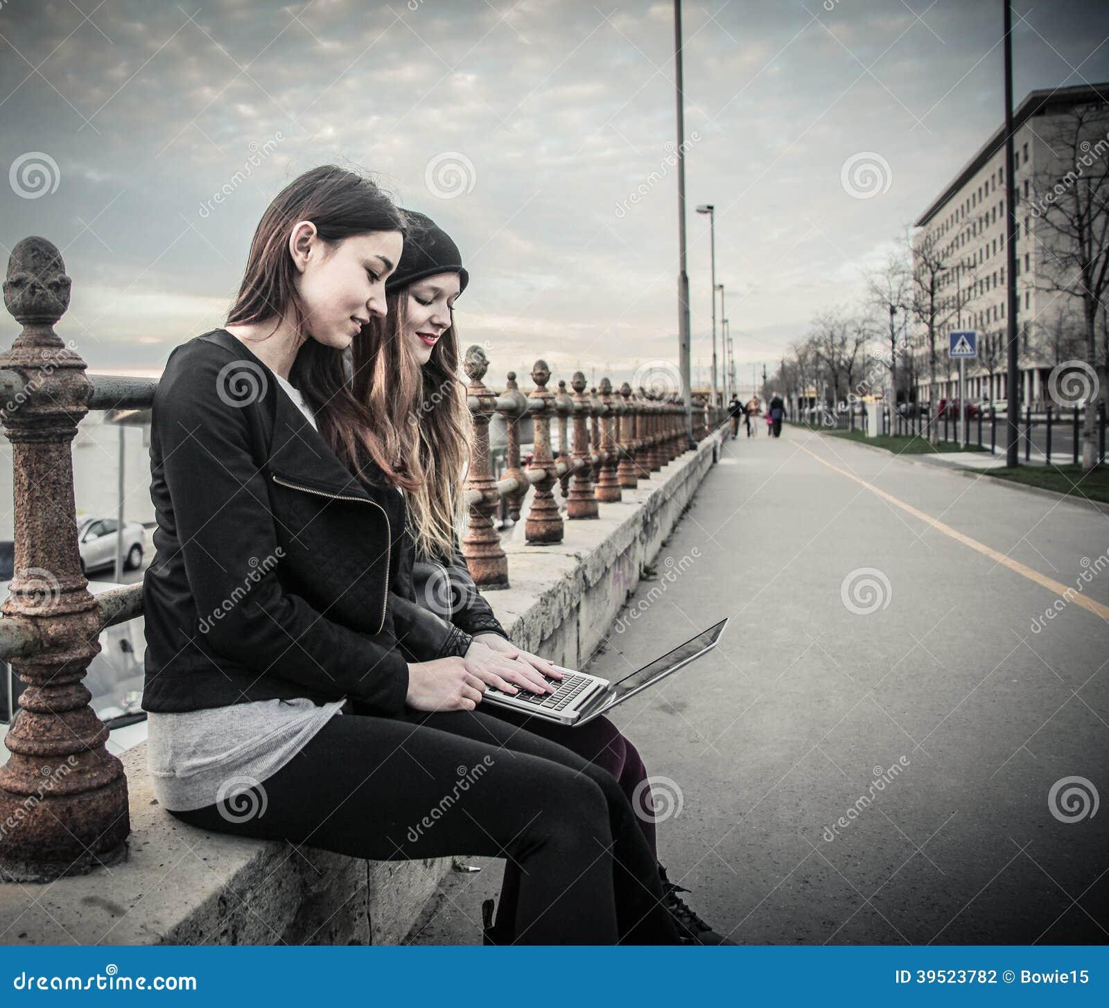 Junge Frauen, die einen Laptop betrachten