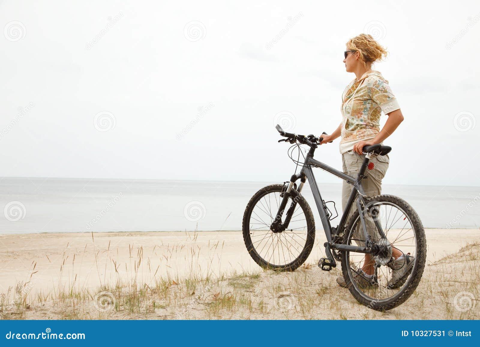 junge frauen mit fahrrad stockbild bild von rand. Black Bedroom Furniture Sets. Home Design Ideas