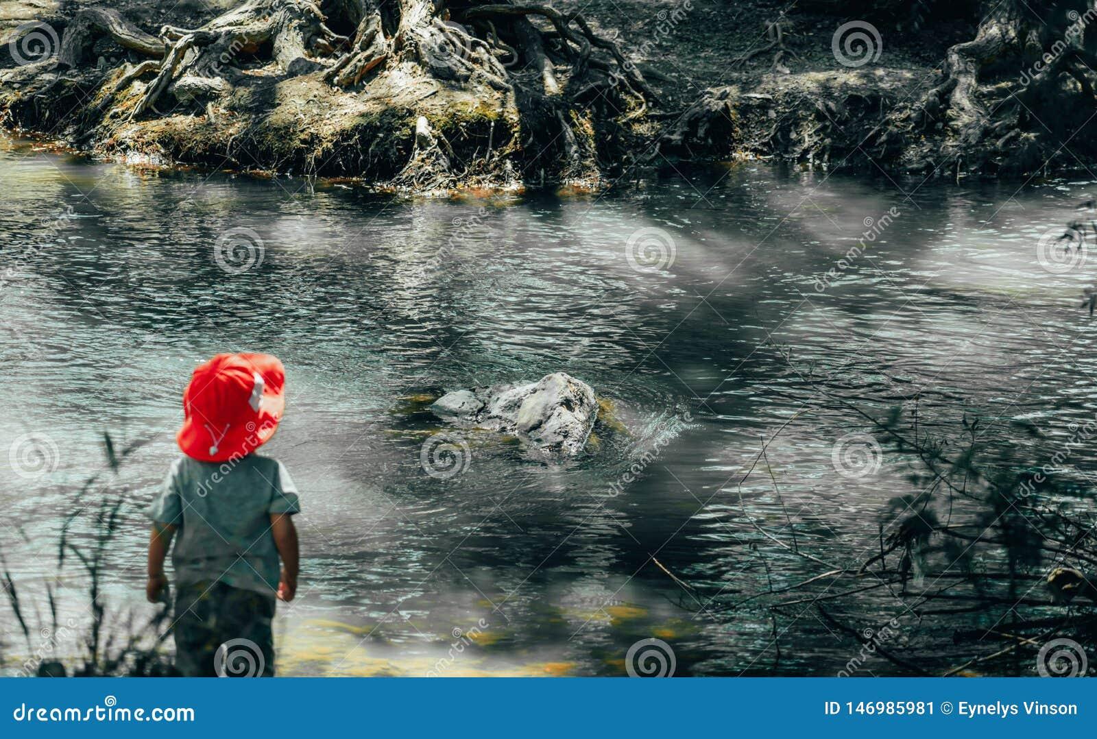Junge am Fuß des Flusses