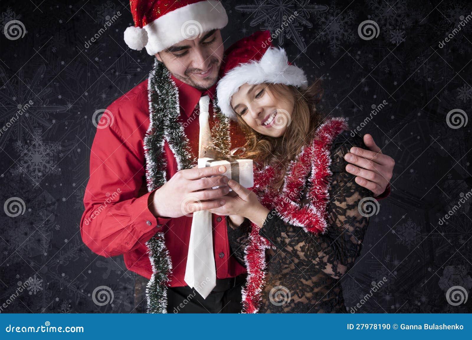 Junge Geben Ihrer Freundin Ein Weihnachtsgeschenk. Stockfoto - Bild ...