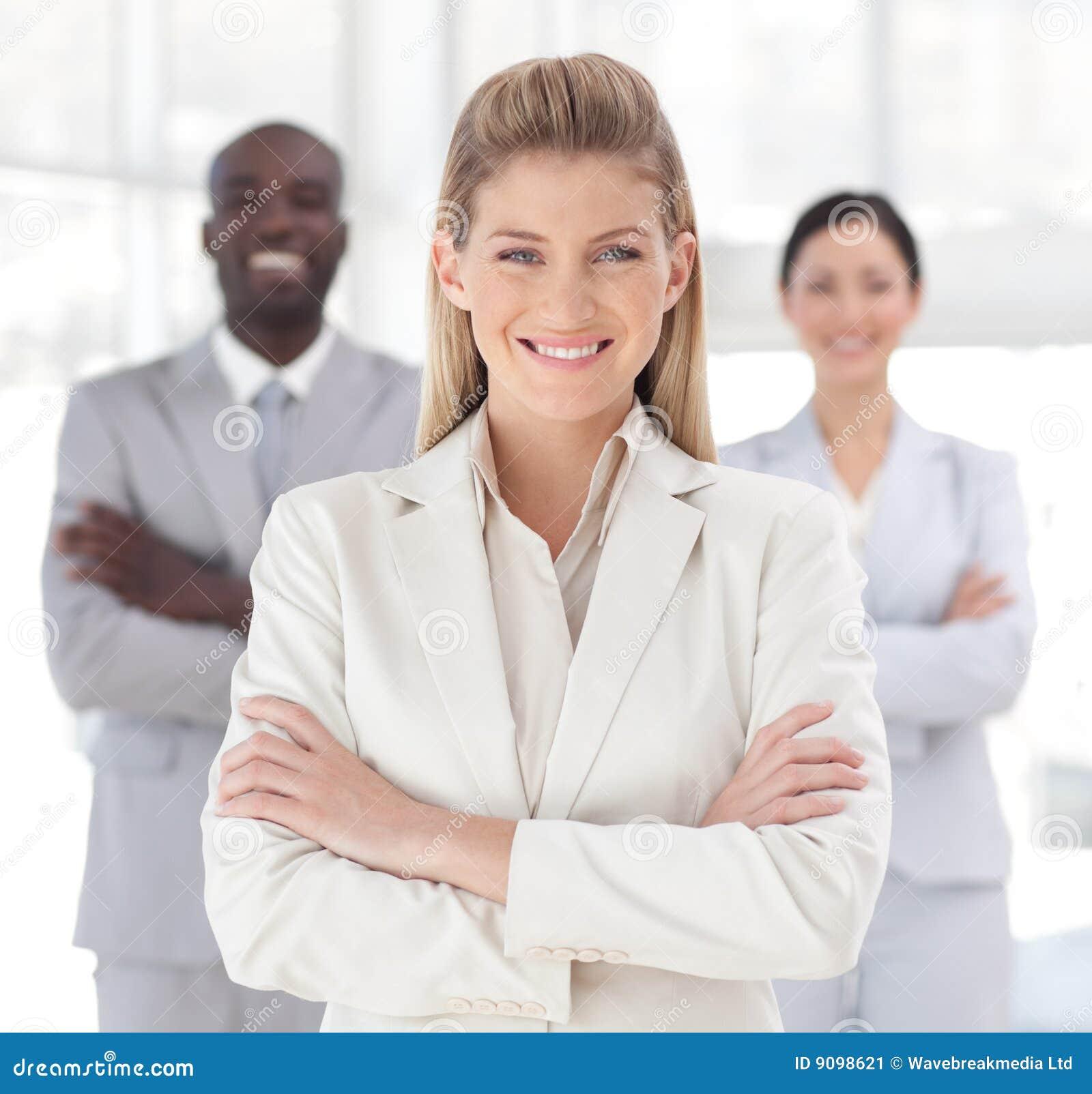 Junge Geschäftsfrau, die an der Kamera lächelt