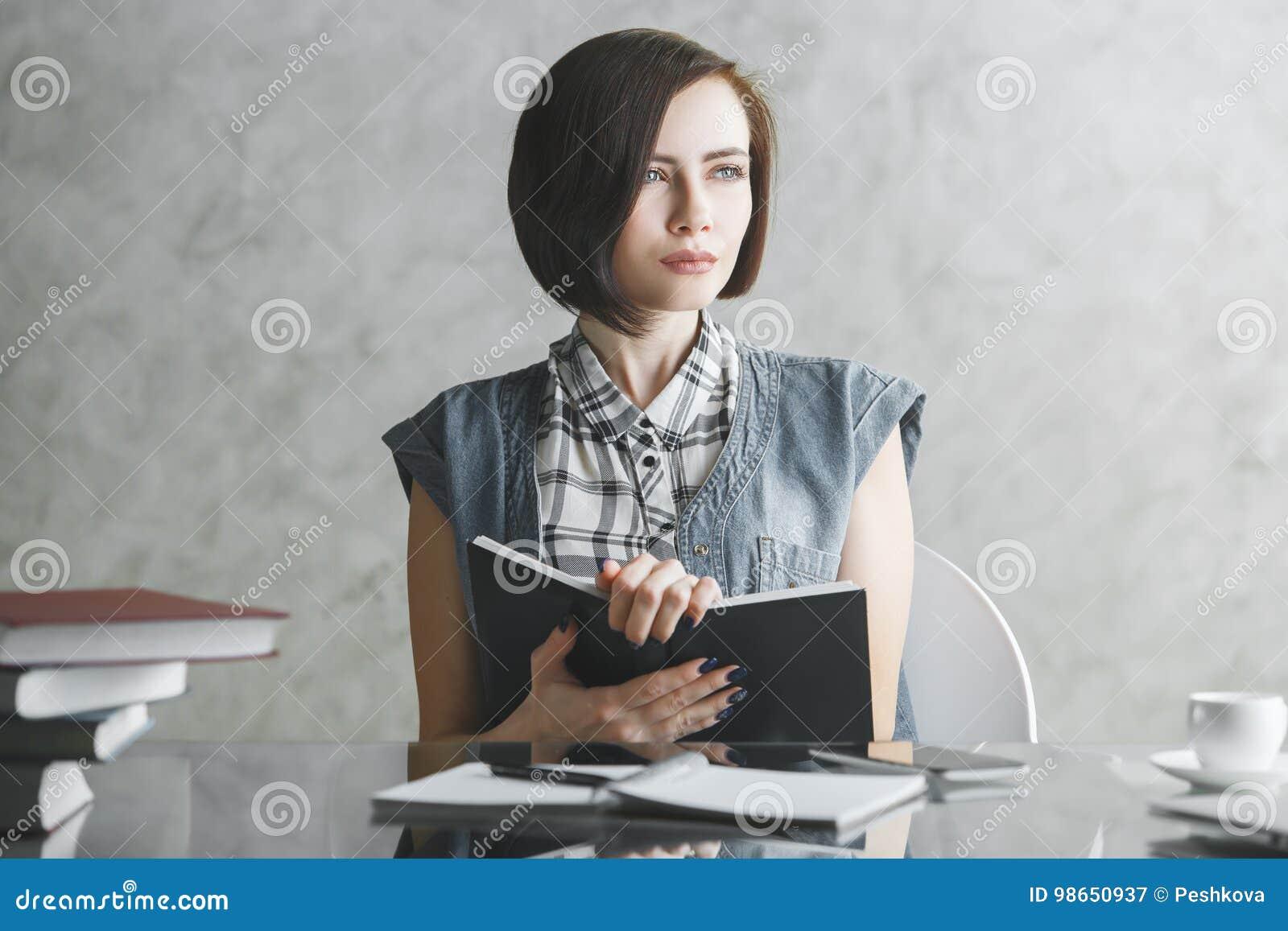Junge Geschäftsfrau, die Schreibarbeit tut