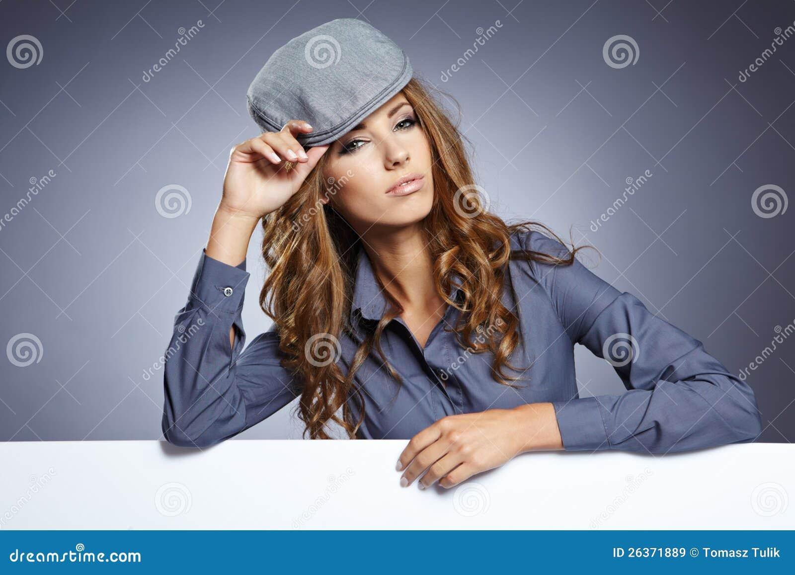 Junge Geschäftsfrau, die unbelegtes Schild zeigt