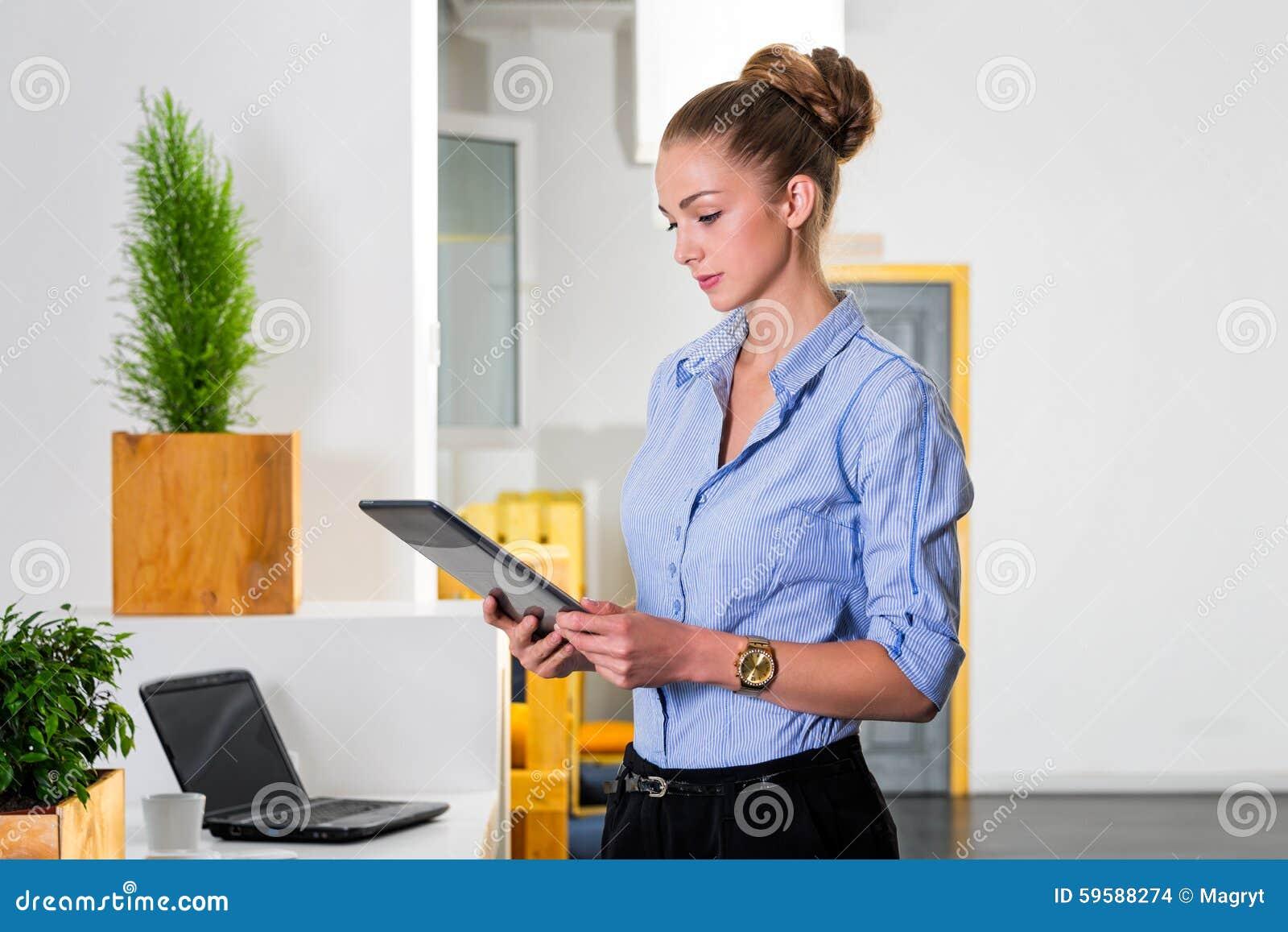 Junge Geschaftsfrau Im Modernen Hellen Buro Welches Die Tablette