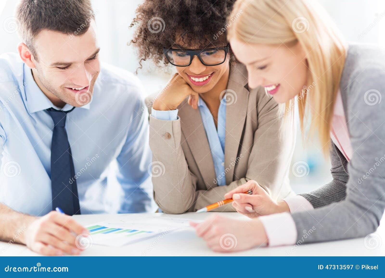 Junge Geschäftsleute, die im Büro sich besprechen