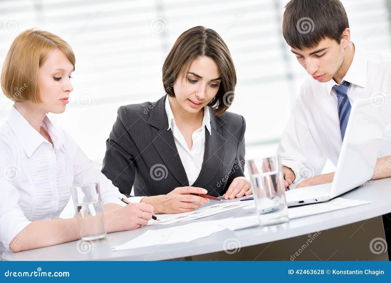 Junge Geschäftsleute teamwork