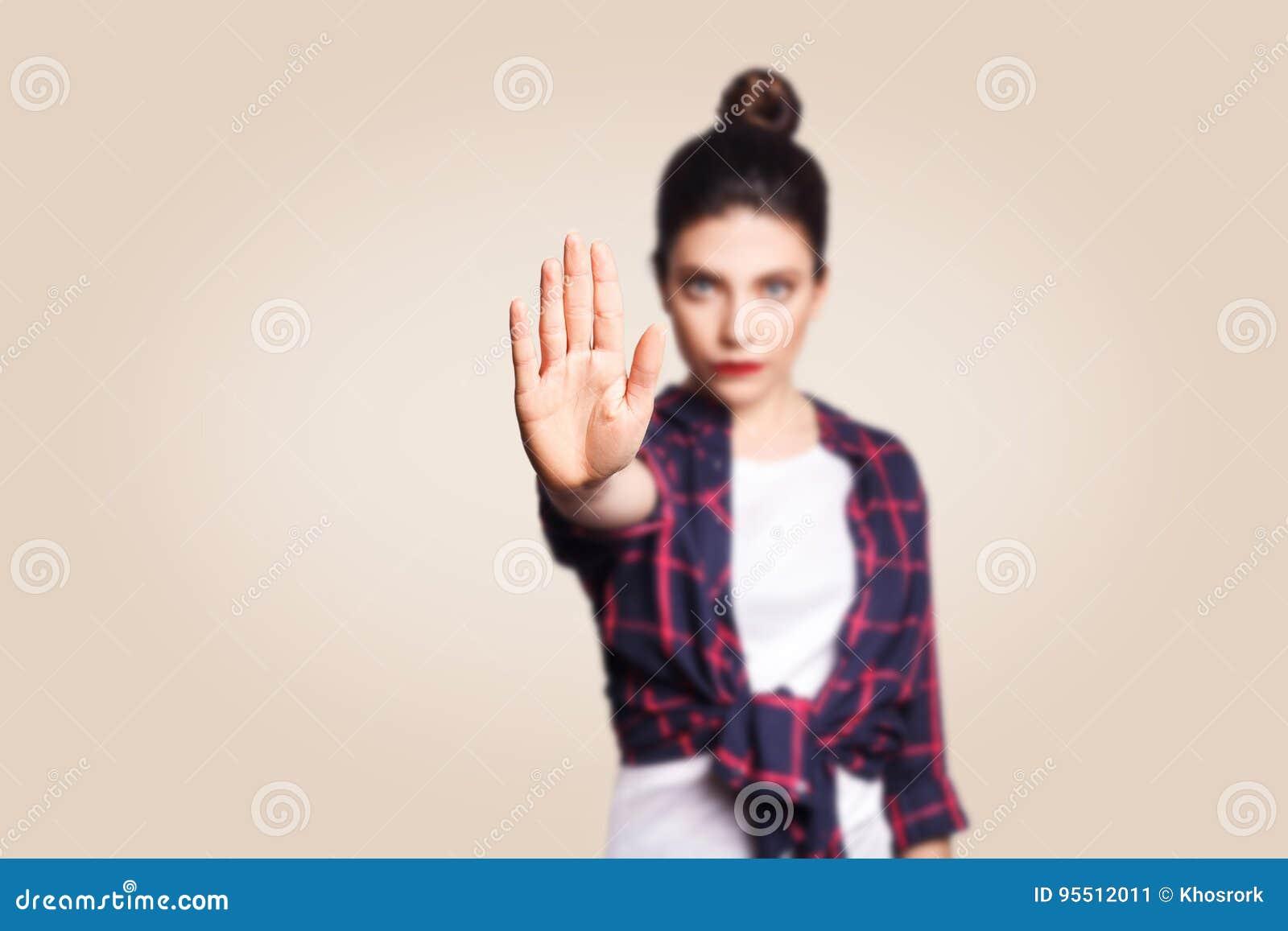 Junge gestörte Frau mit der schlechten Haltung, die Endgeste mit ihrer Palme äußerlich, ablehnend macht und drücken Ablehnung ode