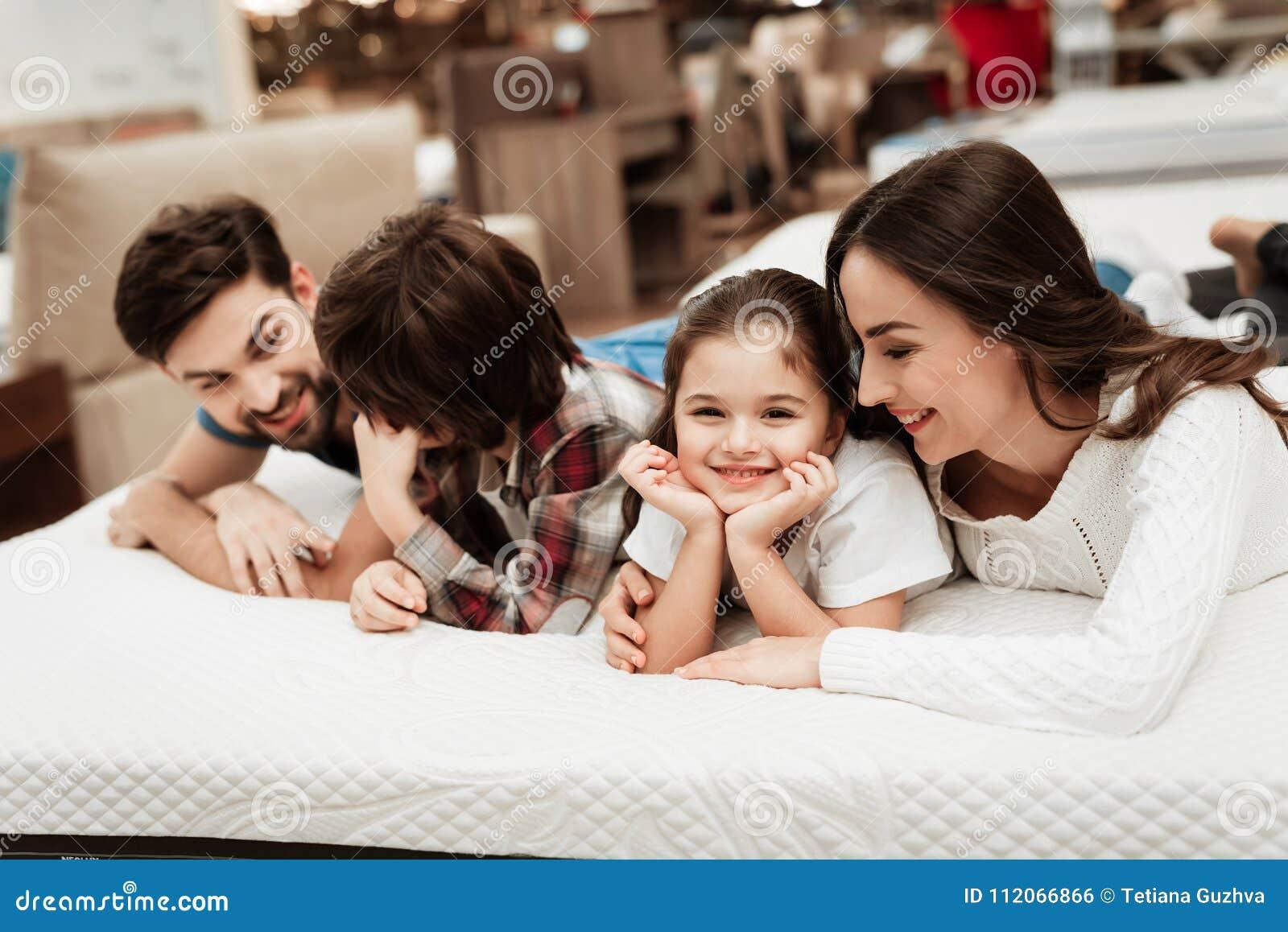 Junge Glückliche Familie überprüft Auf Der Weichheit Der