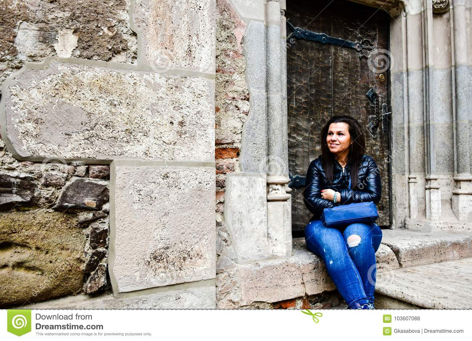 Junge glückliche Frau an Corvin-Schloss, Rumänien