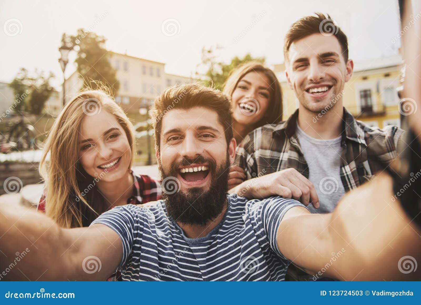 Junge glückliche Menschen haben Spaß draußen im Herbst
