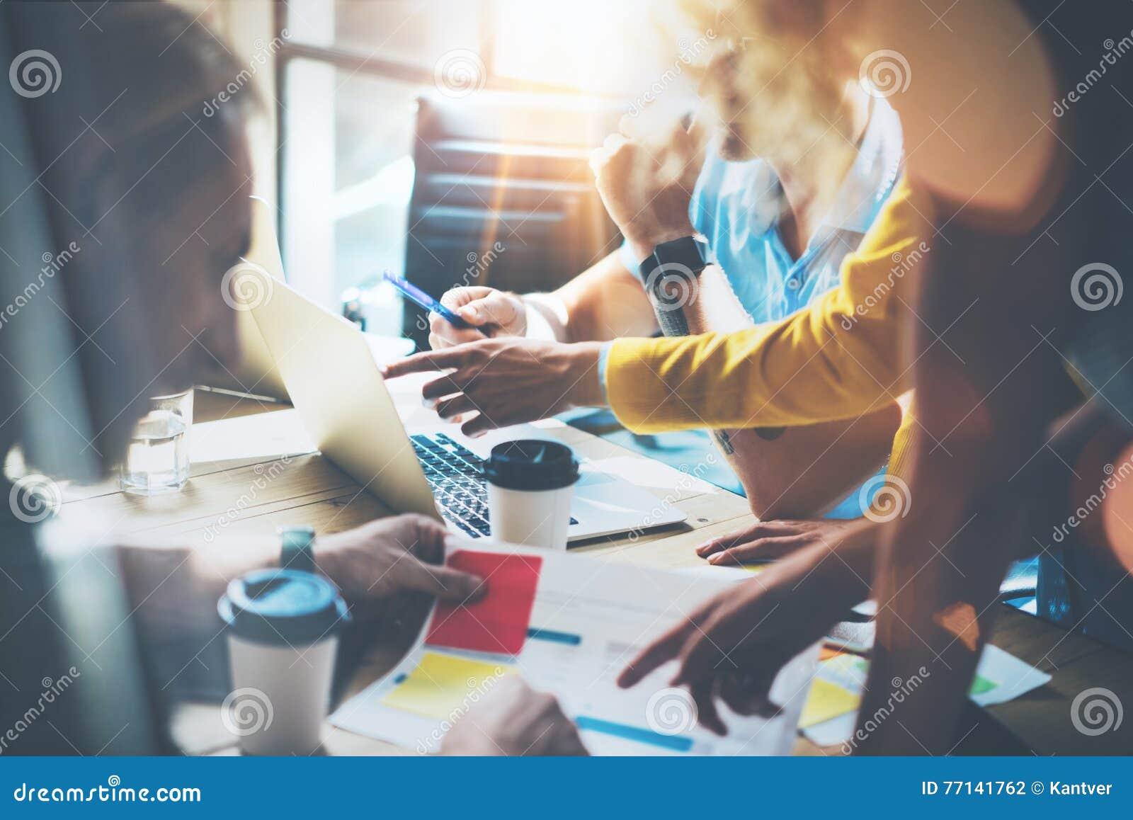 Junge Gruppen-Mitarbeiter, die große unternehmerische Entscheidungen treffen Marketing-Team Discussion Corporate Work Concept-Stu