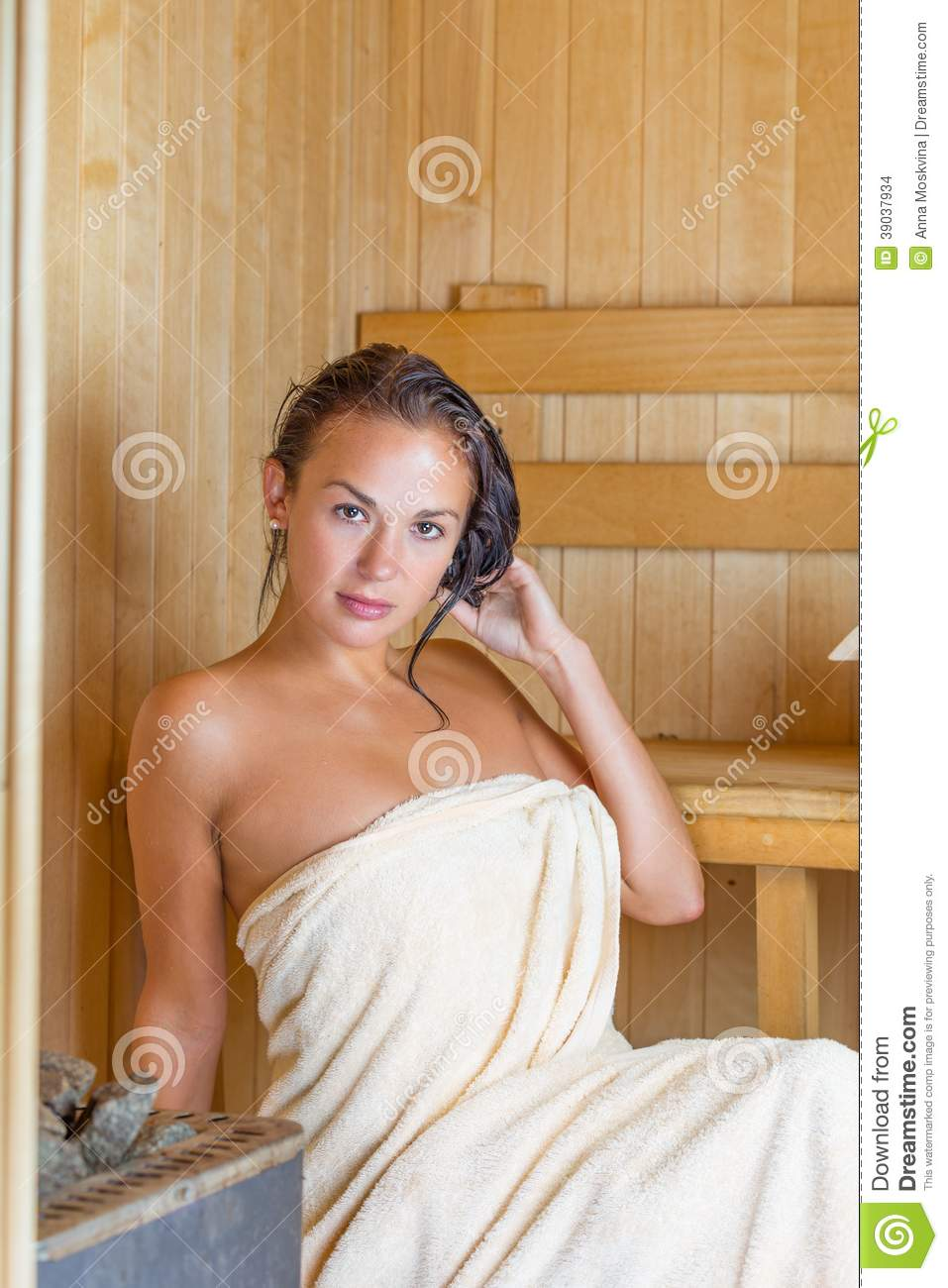 junge h bsche frau in der sauna stockfoto bild 39037934. Black Bedroom Furniture Sets. Home Design Ideas