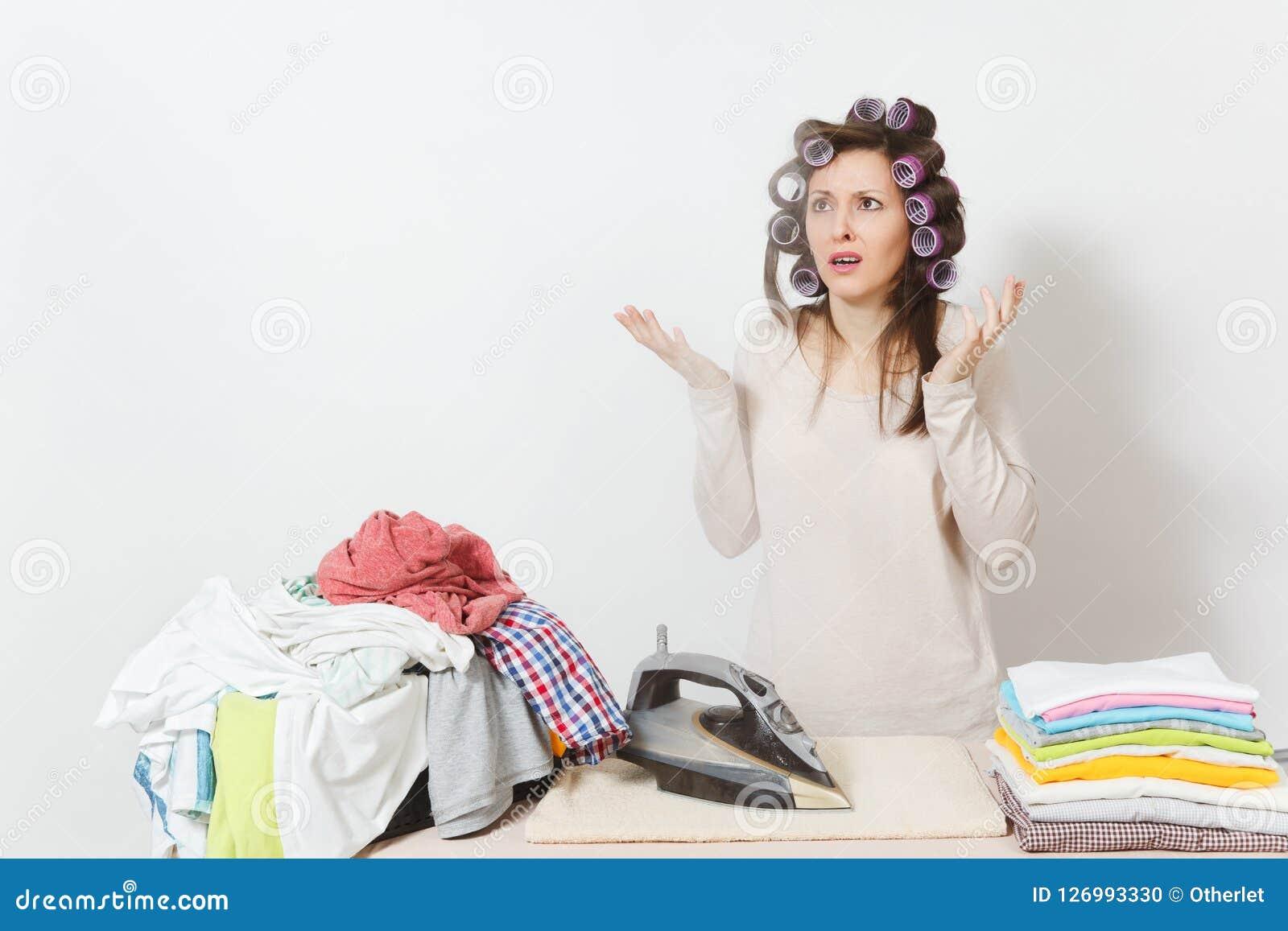 Junge hübsche Hausfrau Frau auf weißem Hintergrund Haushaltungskonzept Kopieren Sie Raum für Anzeige