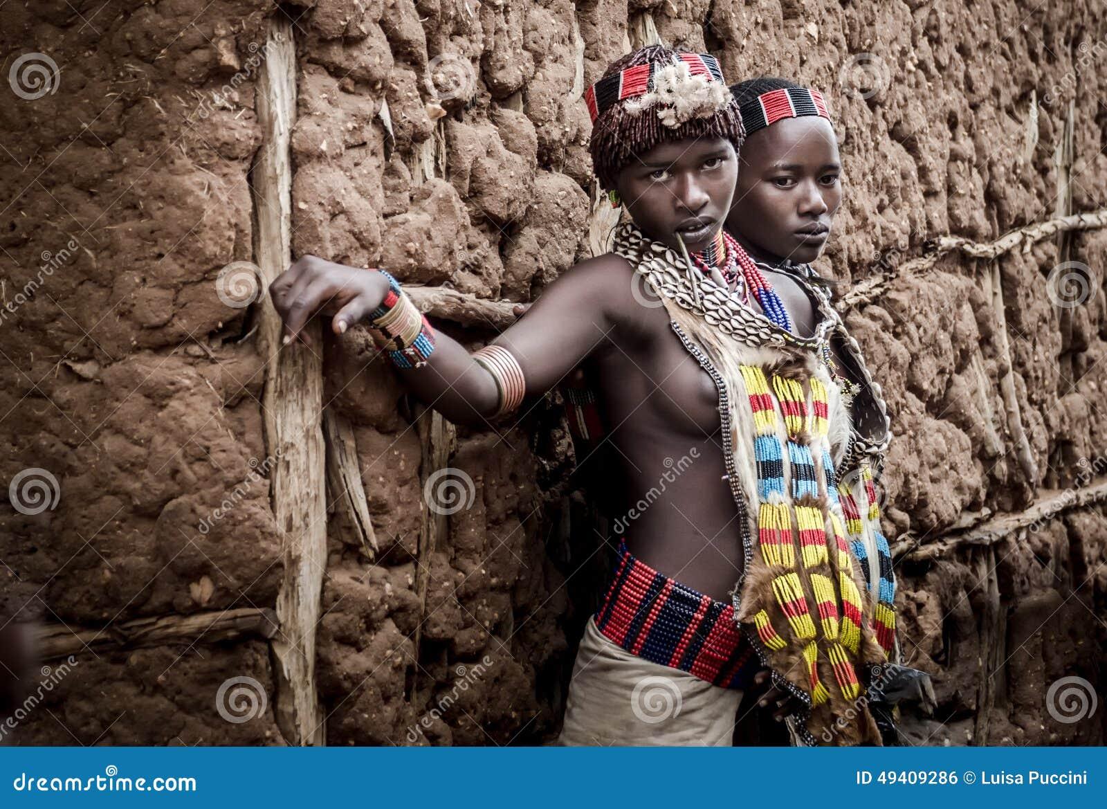 Download Junge Hamer-Frauen In Ihren Trachtenkleidern Redaktionelles Foto - Bild von traditionell, reise: 49409286