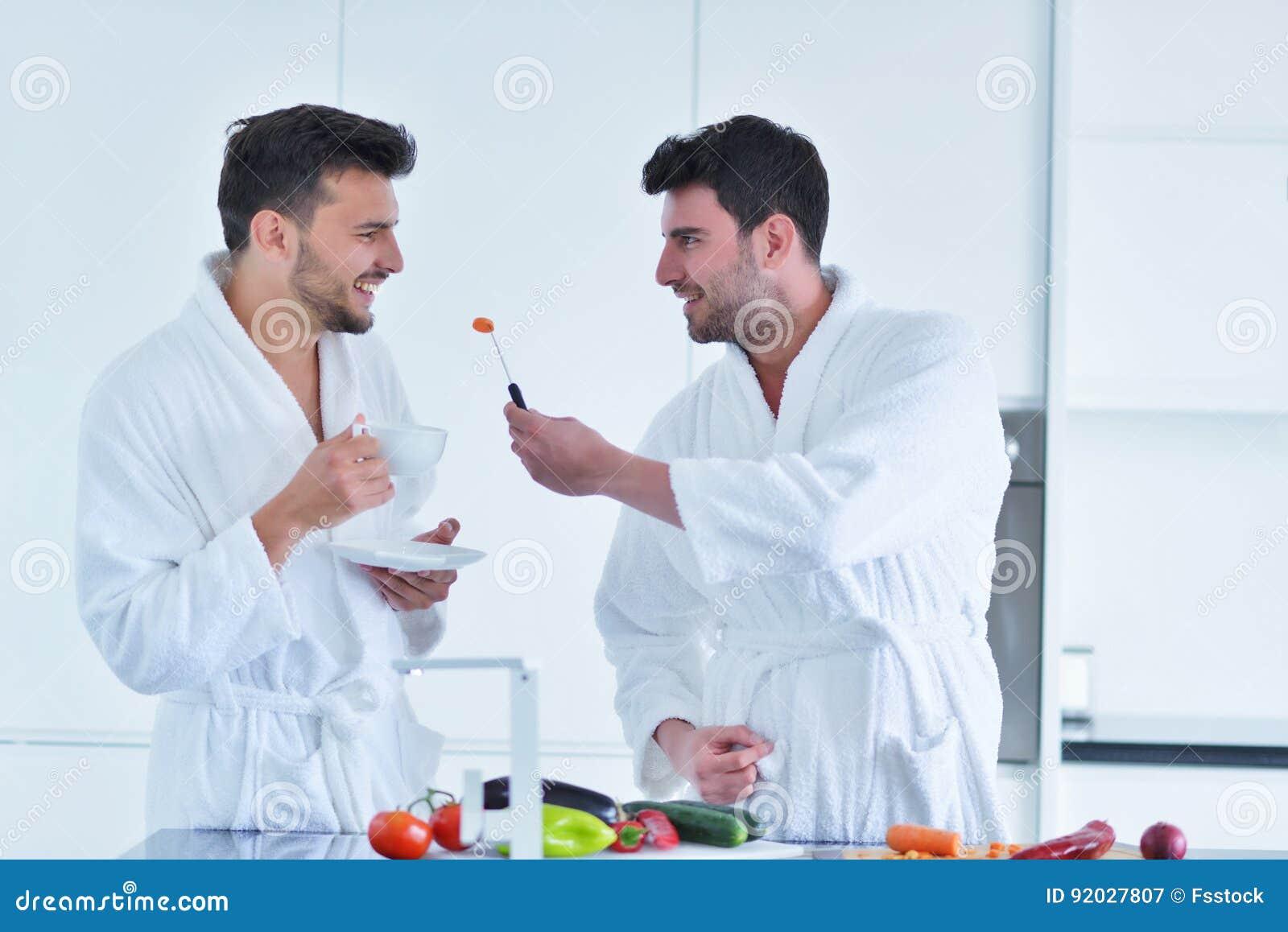 Junge homosexuelle Paare frühstücken in der Küche am sonnigen Tag