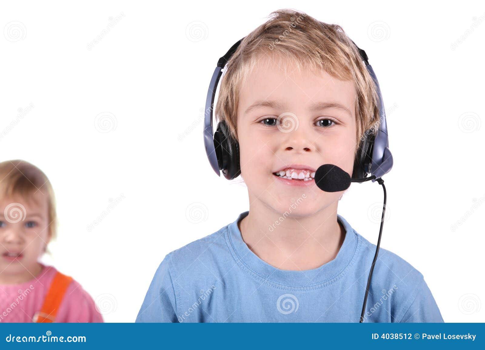 Junge im Kopfhörer mit Mädchen