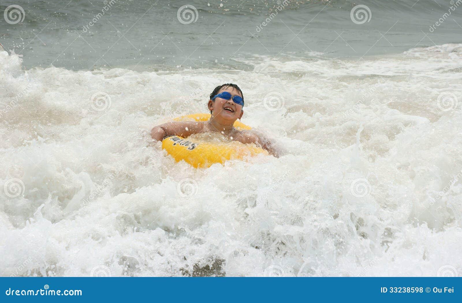 Junge im Meer