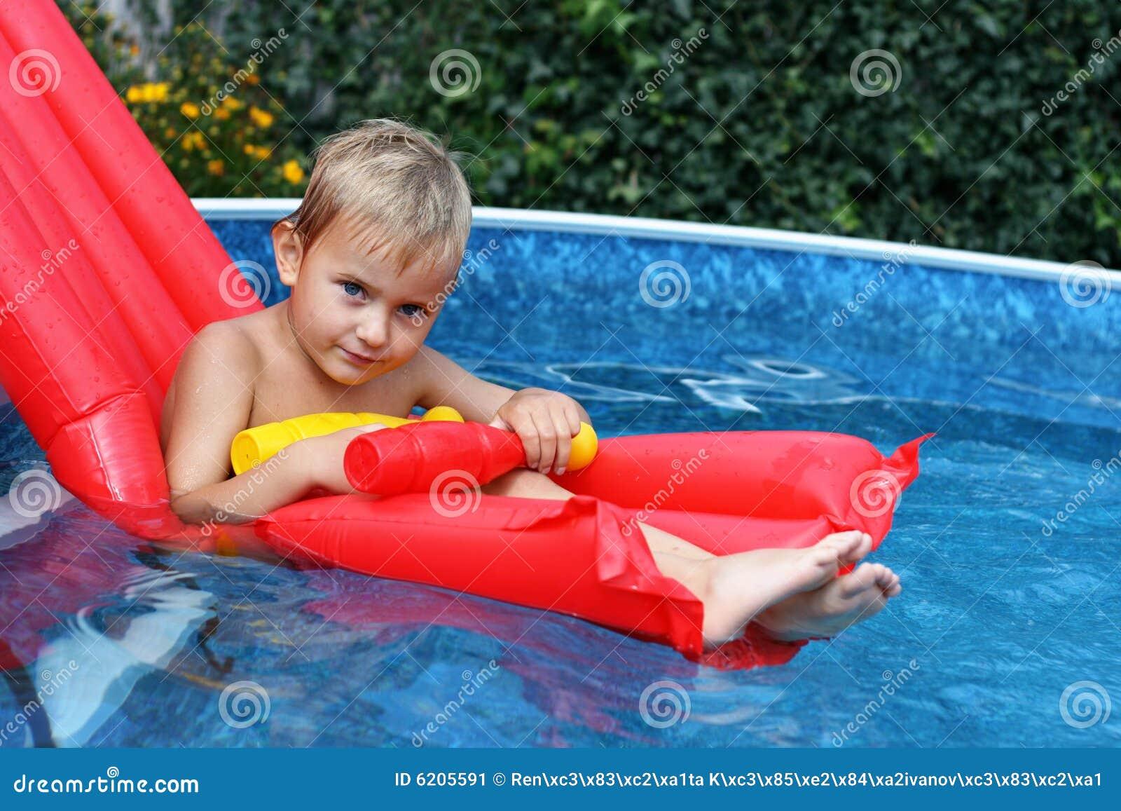 Junge im Swimmingpool