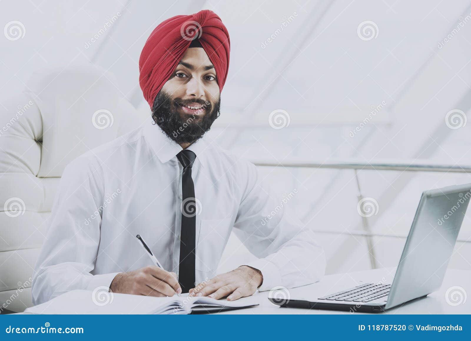 Junge indische bärtige Geschäftsmannfunktion