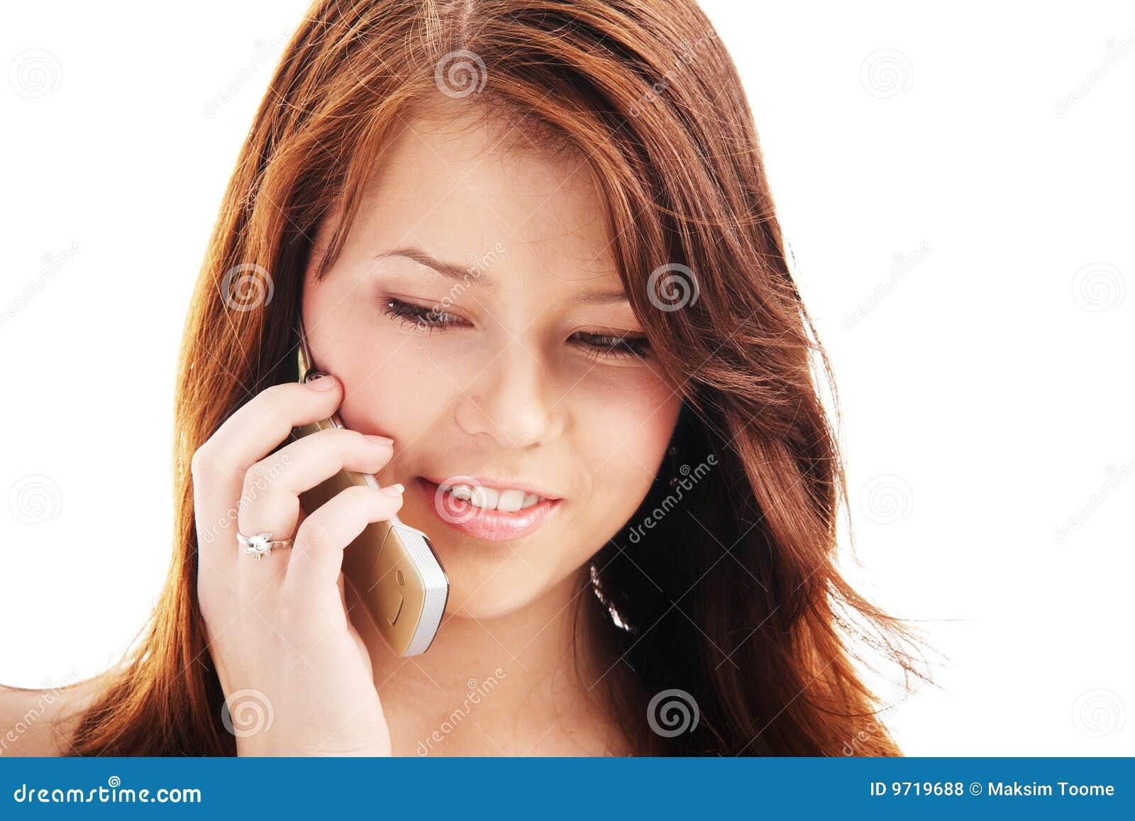 Junge Jugendliche, die an einem Telefon spricht