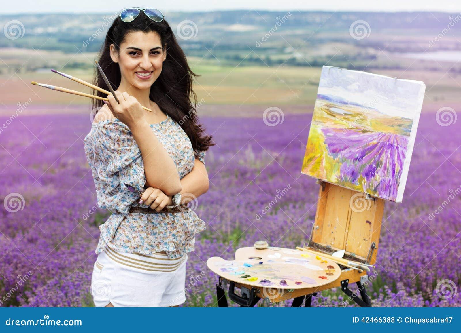 Junge Künstlermalerei auf dem Lavendelgebiet