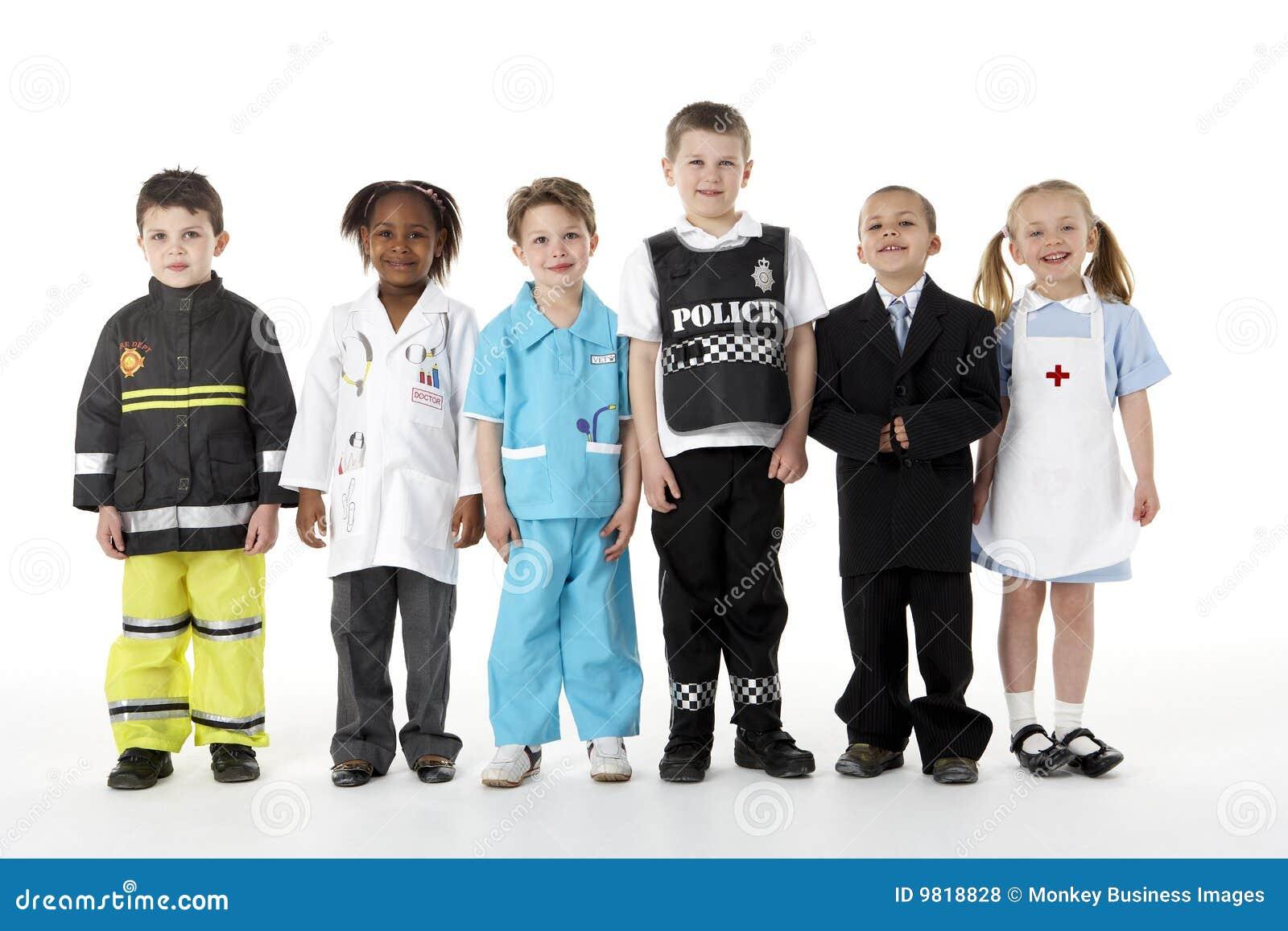Junge Kinder, die oben als Berufe ankleiden