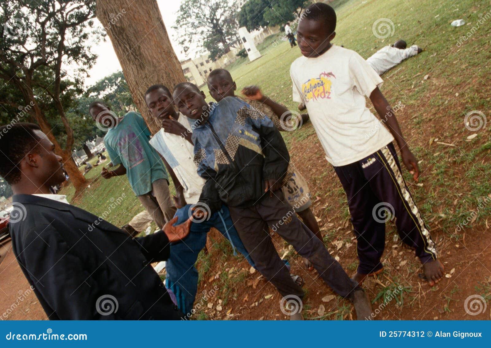 Junge Kleber-schnüffelnde Jungen in Kampala, Uganda
