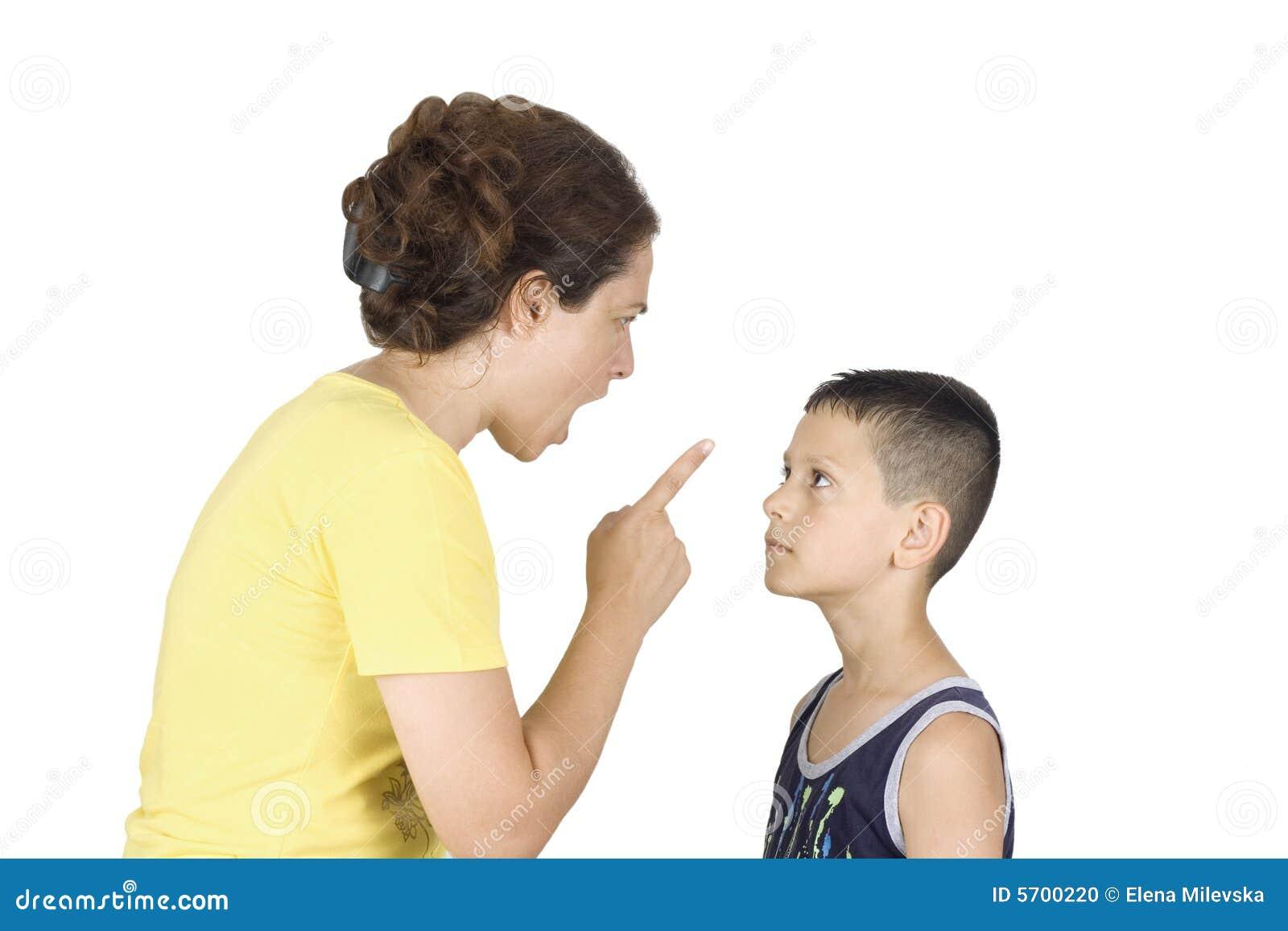 Junge konfrontiert seine Mutter
