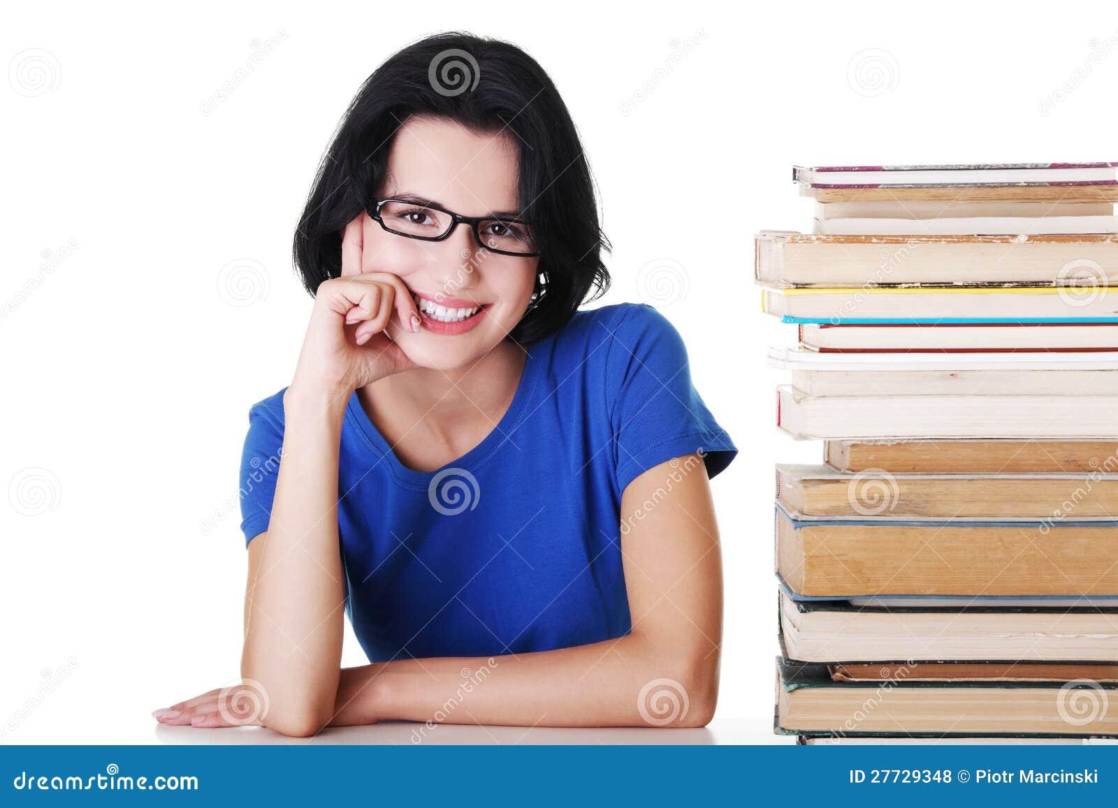 Junge Kursteilnehmerfrau mit Büchern