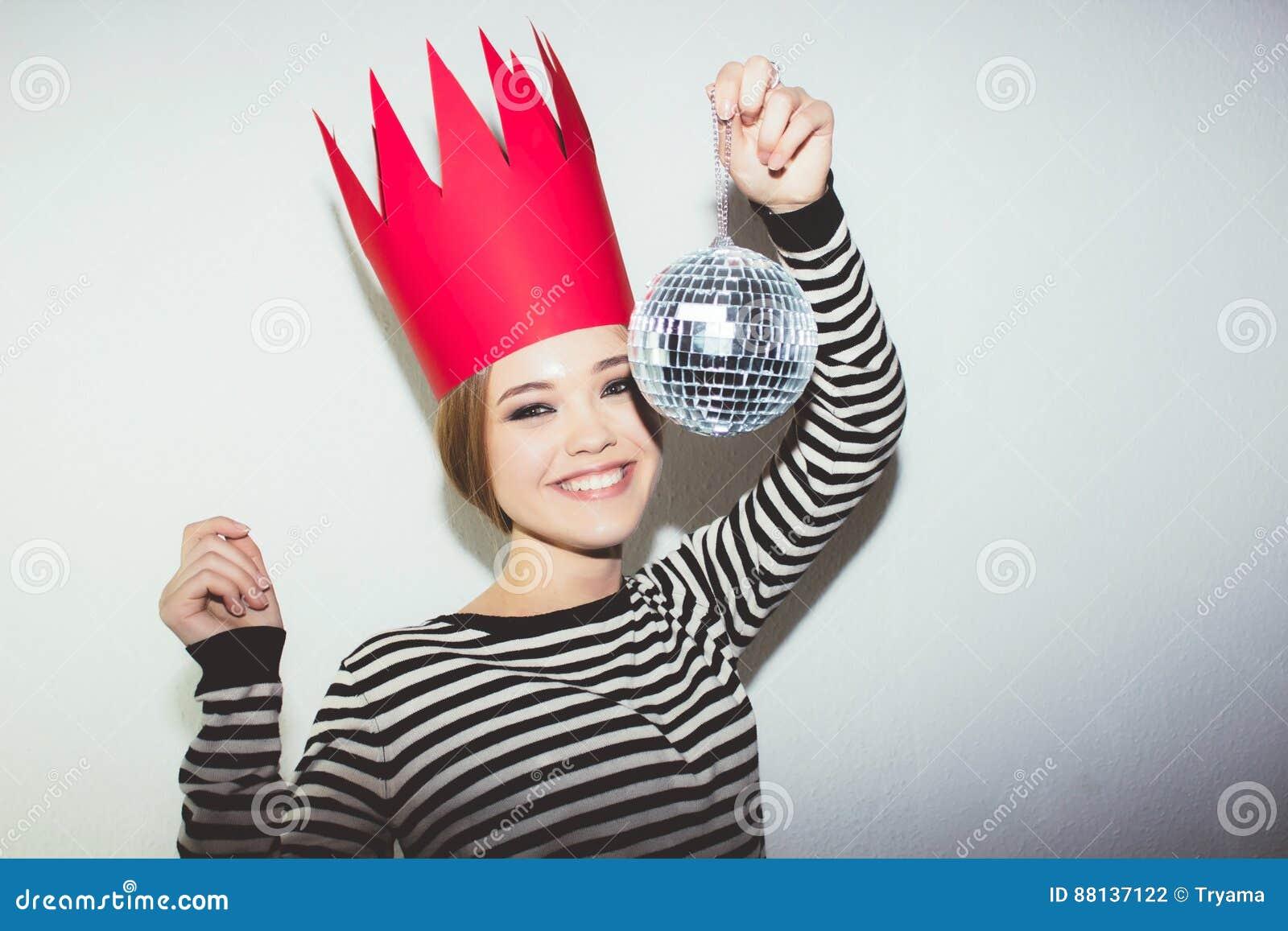 Junge Lächelnde Frau, Die Partei, Tragendes Abgestreiftes Kleid Und ...