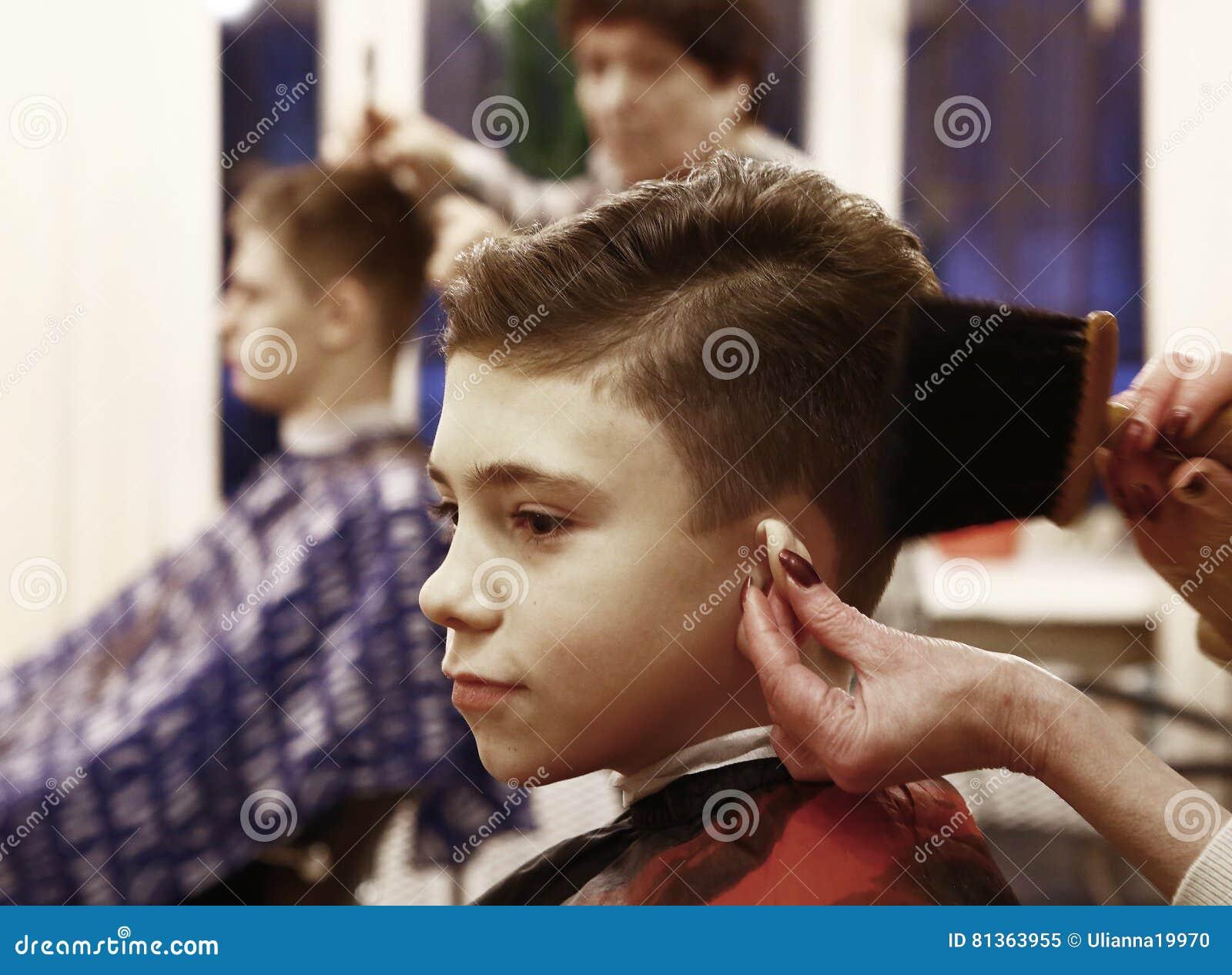 Junge Lasst Sein Haar Schneiden In Der Friseursalonherrentoilette