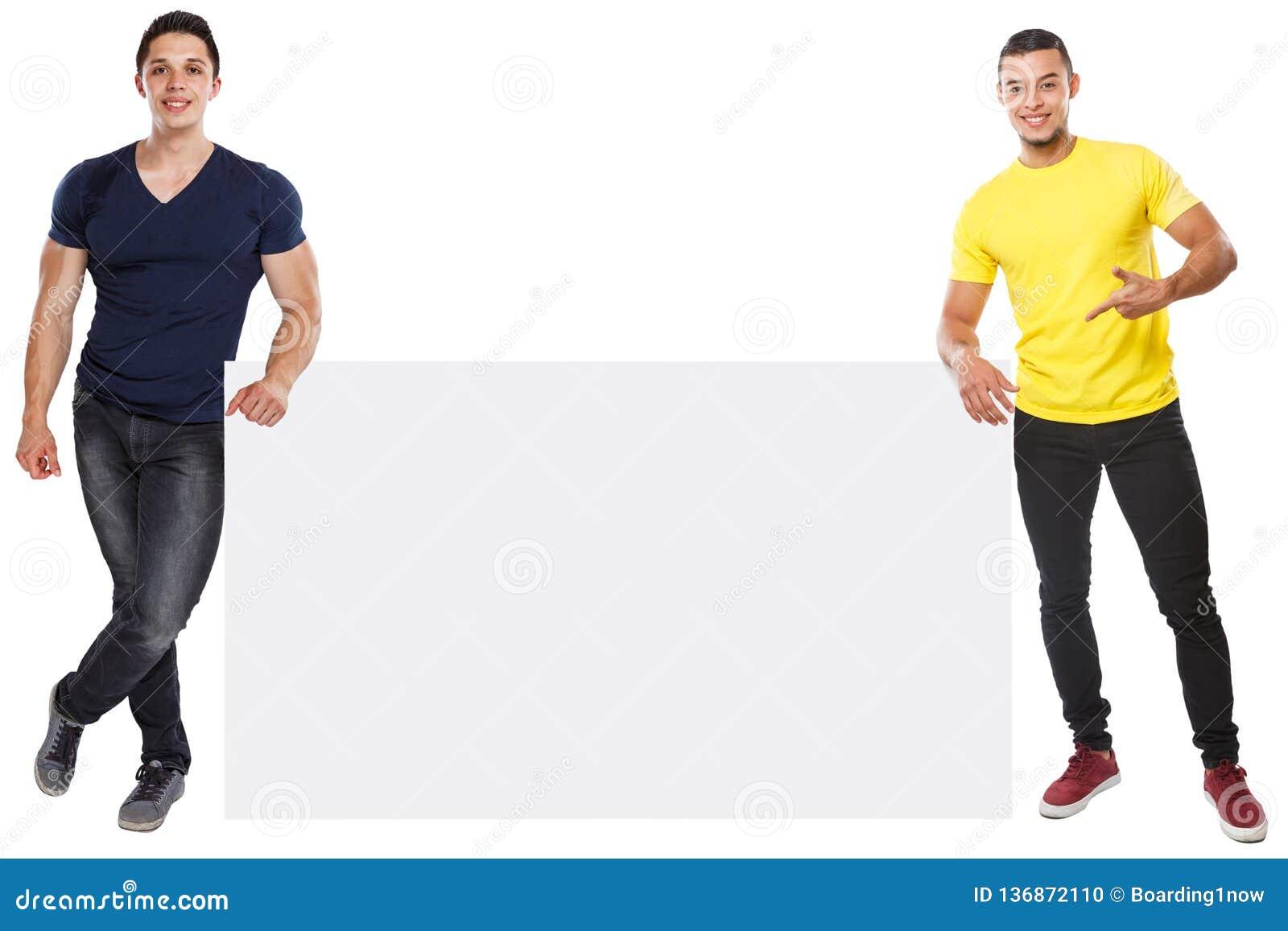 Junge lateinische Männer, die copyspace vermarktende Anzeigenanzeige zeigend leeres leeres Zeichen lokalisiert auf Weiß darstelle