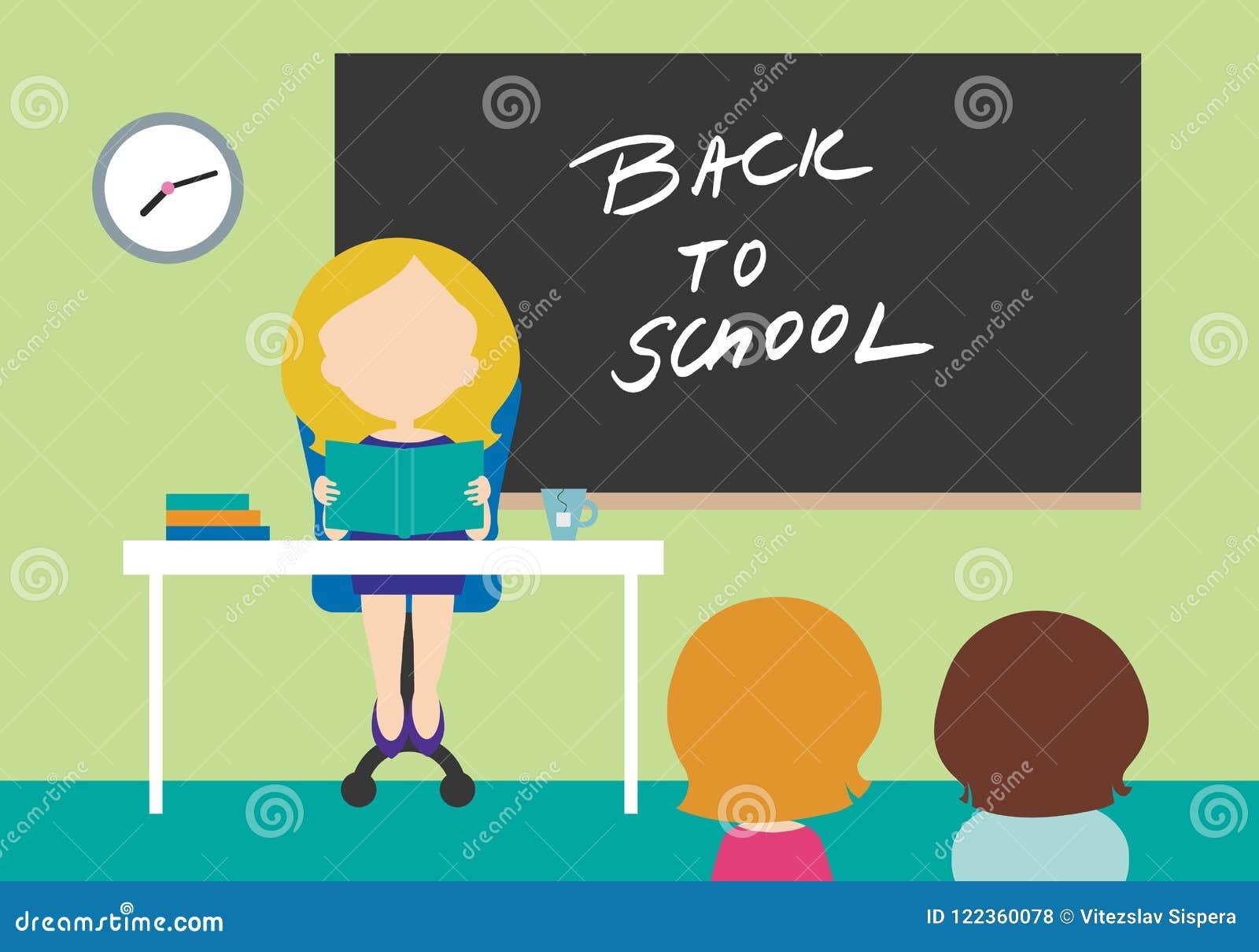 Junge Lehrerin, die auf Stuhl hinter Tabelle im Schulcl sitzt