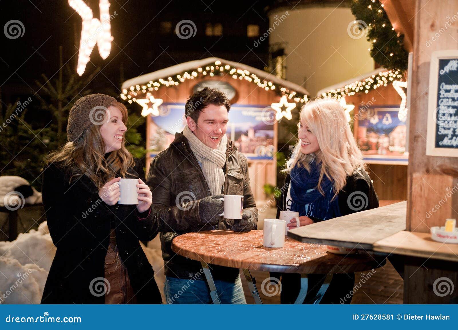 junge leute auf einem weihnachtsmarkt stockbild bild von markt jacke 27628581