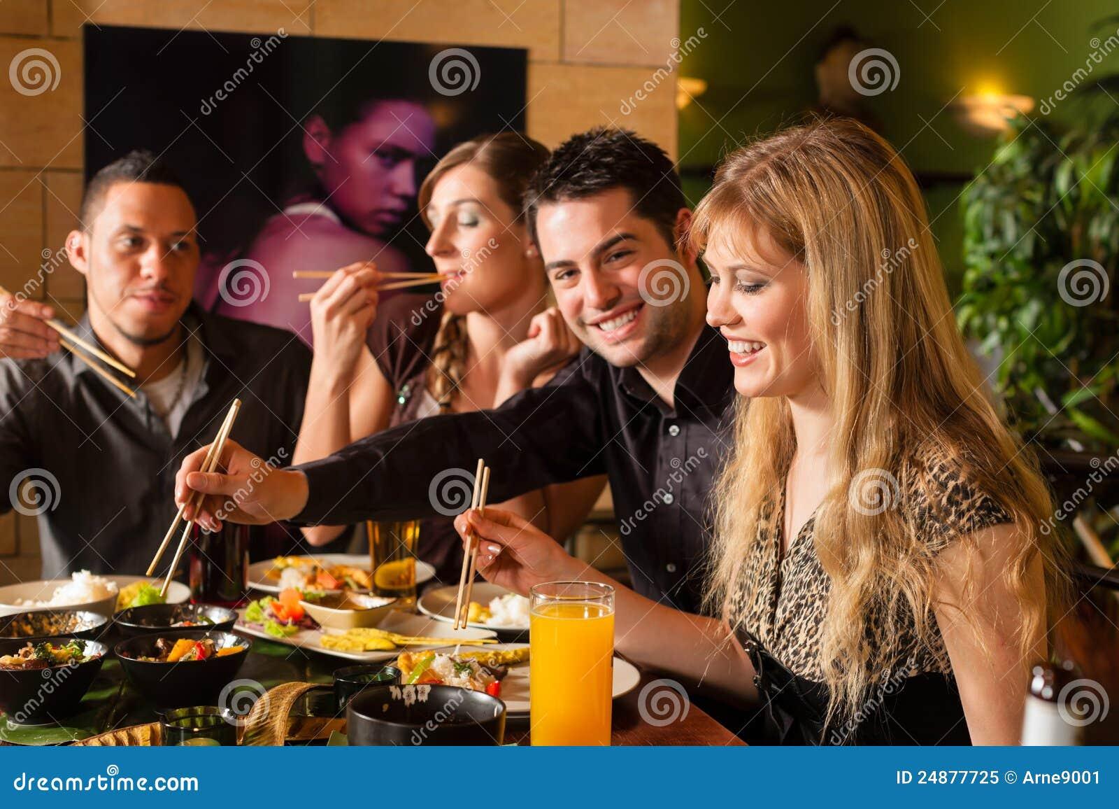 Junge Leute, die in der siamesischen Gaststätte essen
