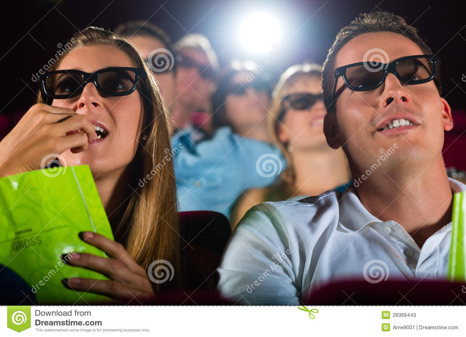 Junge Leute, die Film 3d am Kino überwachen